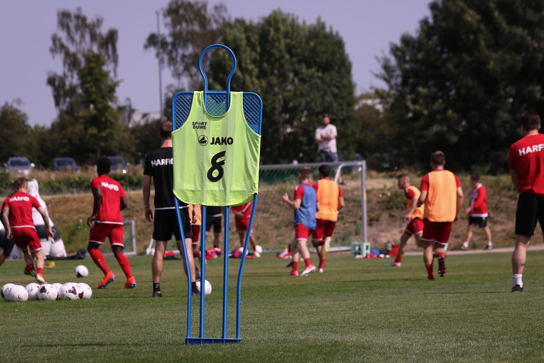 Mit dem rot-weissen Reisepaket erleben die RWE-Fans das Trainingslager hautnah. (Foto: Endberg)