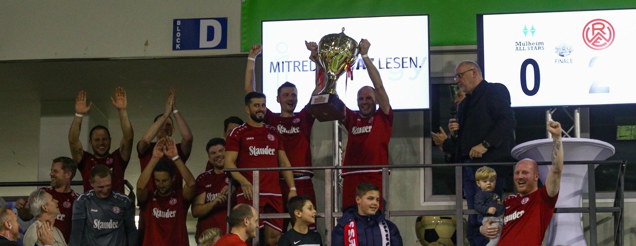 Da ist der Pokal. Die rot-weisse Traditionself siegt beim Traditionsmasters. (Foto:Breilmannswiese)