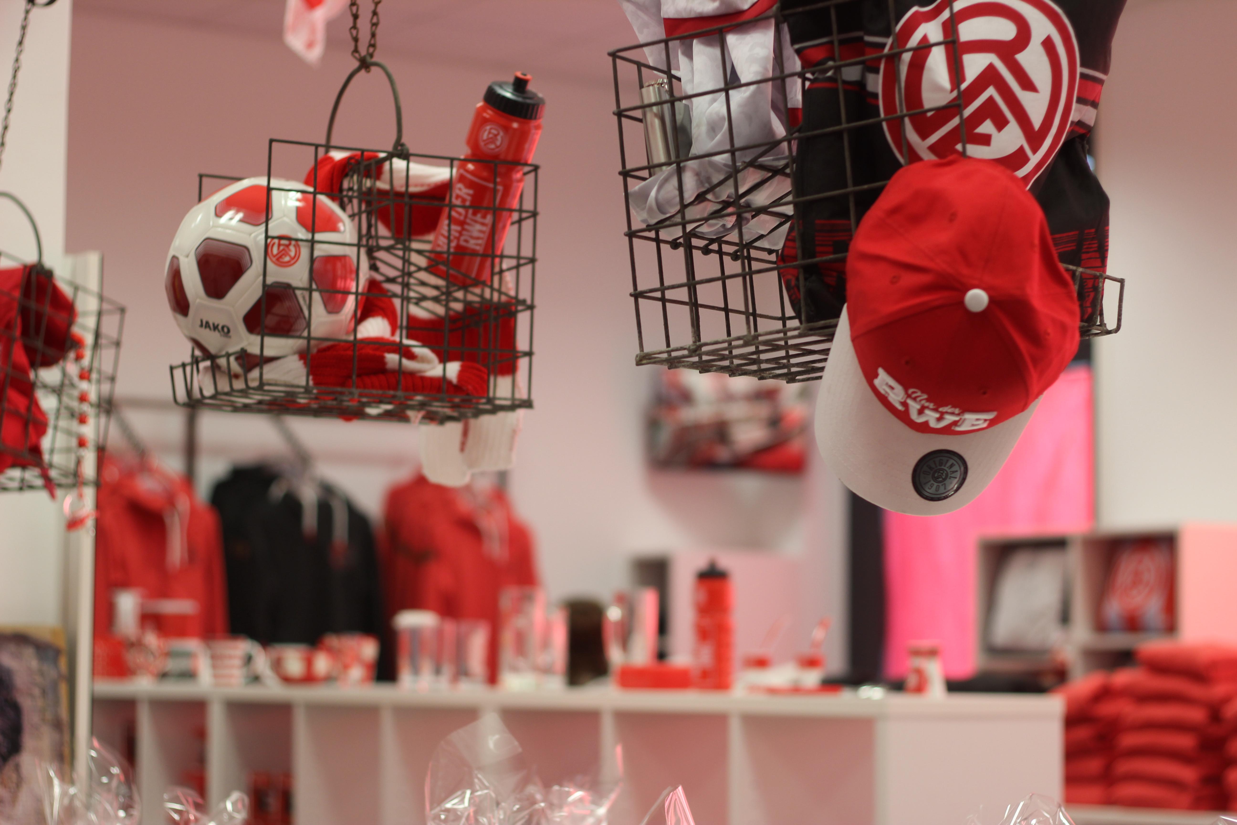 Der Fanshop an der Hafenstraße hat ab Freitag wieder geöffnet. (Foto: RWE)