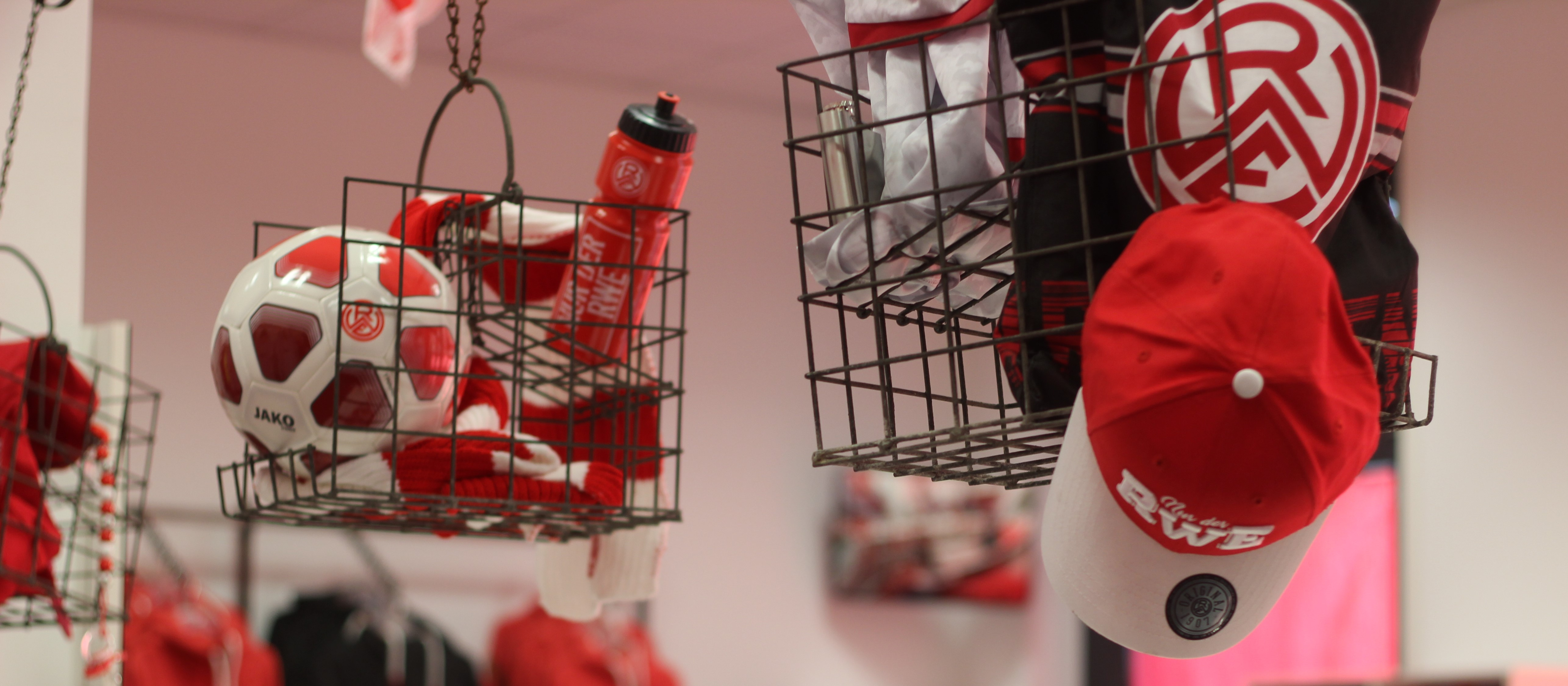 Im Onlineshop finden Rot-Weisse zahlreiche Artikel rund um den Verein von der Hafenstraße. (Foto: Endberg)