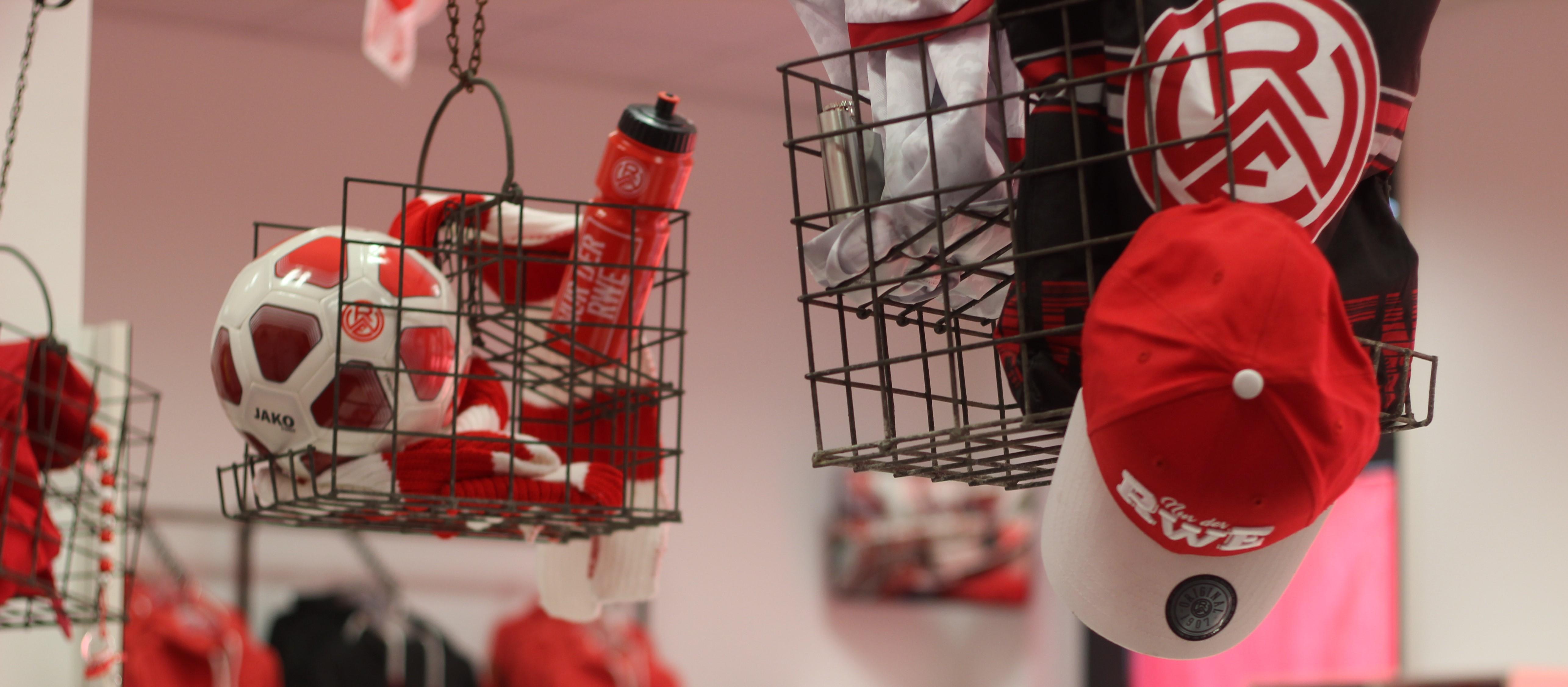 Im Dezember ist der Fanshop an der Hafenstraße zu zusätzlichen Zeiten geöffnet. (Foto: Endberg)