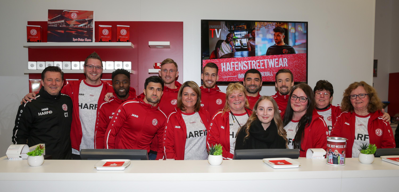 Zur Wiedereröffnung hatte das Fanshopteam Unterstützung aus der 1. Mannschaft. (Foto:Endberg)