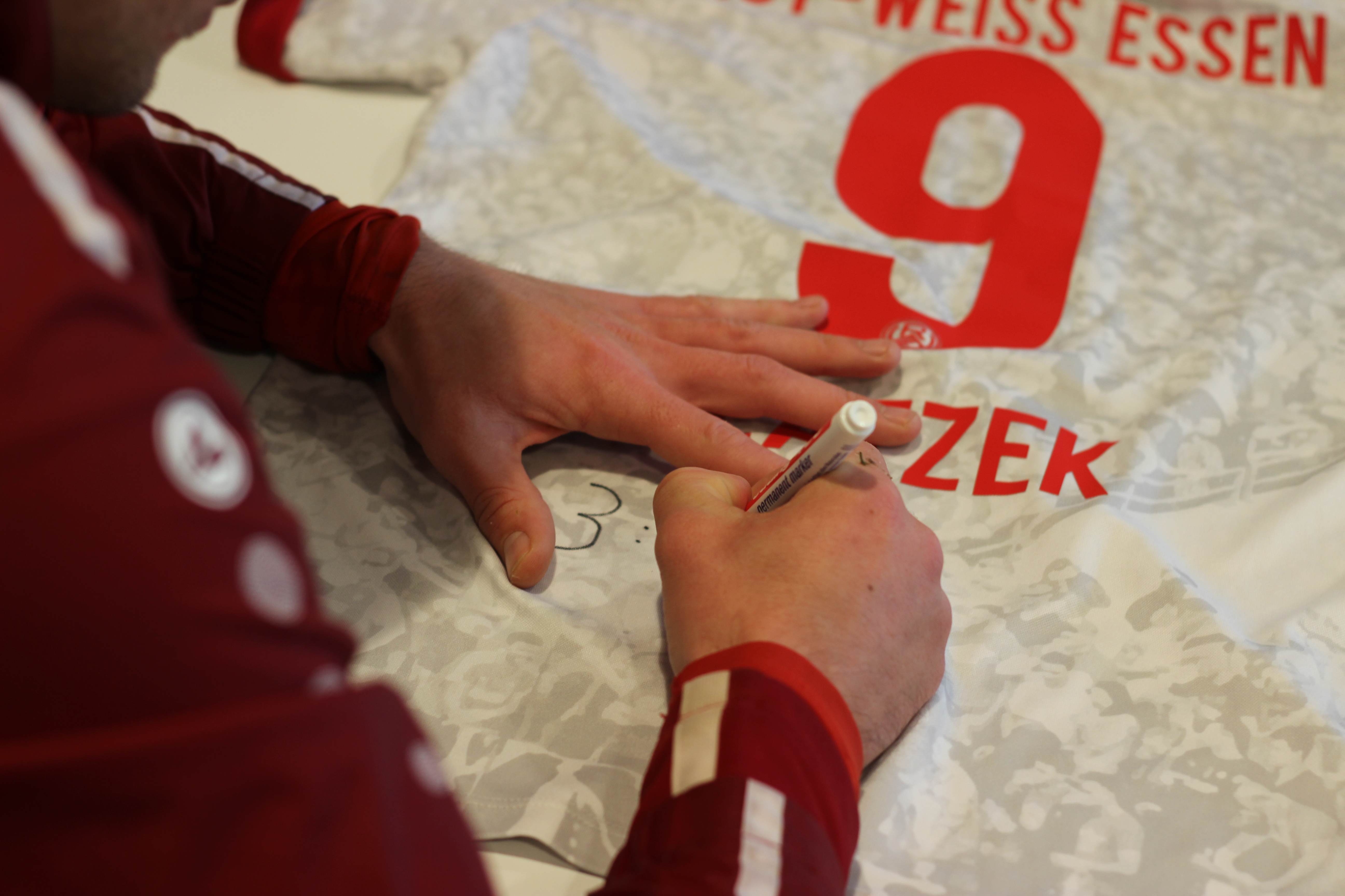 RWE-Fans können sich das signierte Matchworn Trikot von Marcel Platzek sichern.