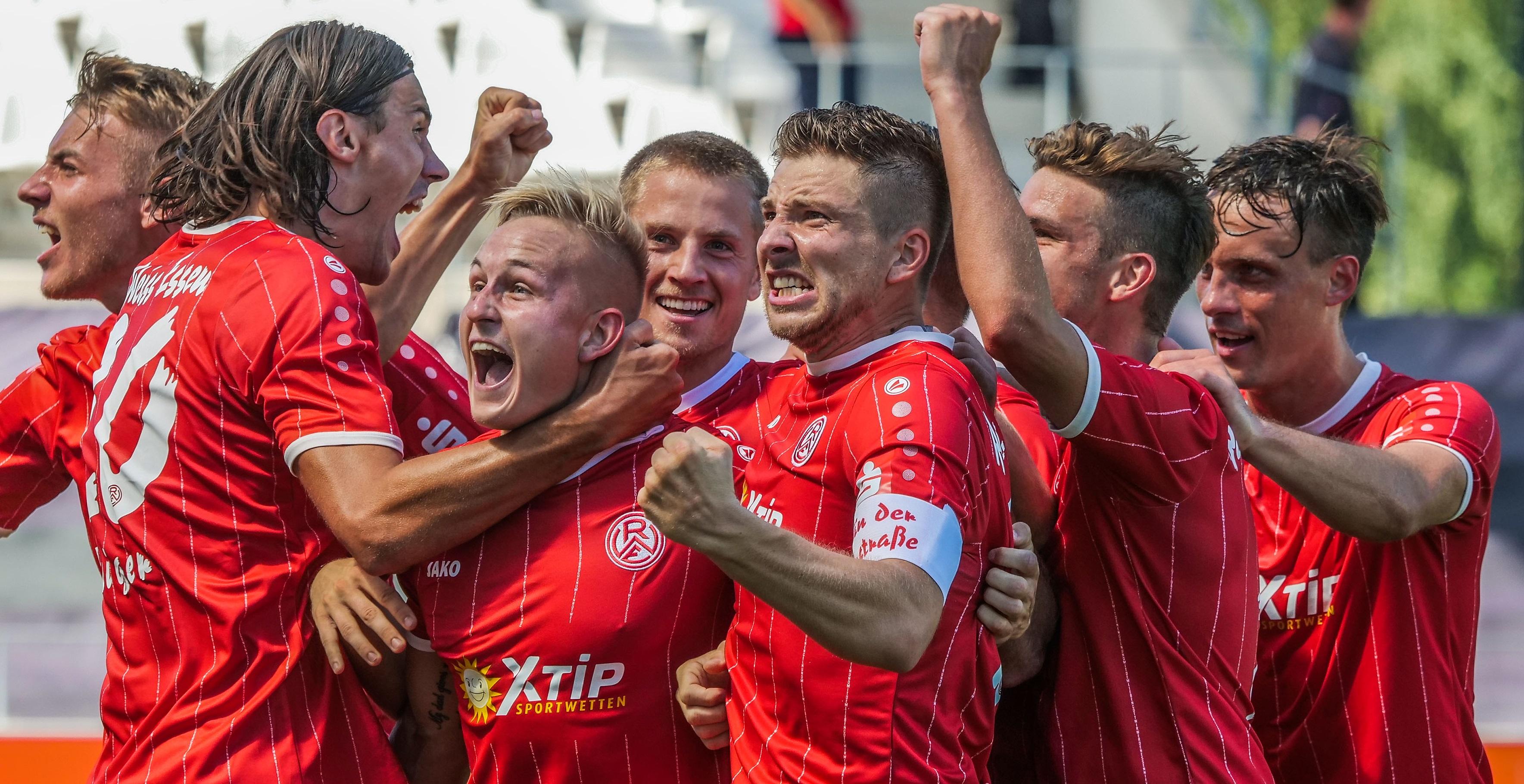 RWE-Fans können sich ab sofort ein von Kai Pröger signiertes Jubelfoto ersteigern. (Foto:Gohl)
