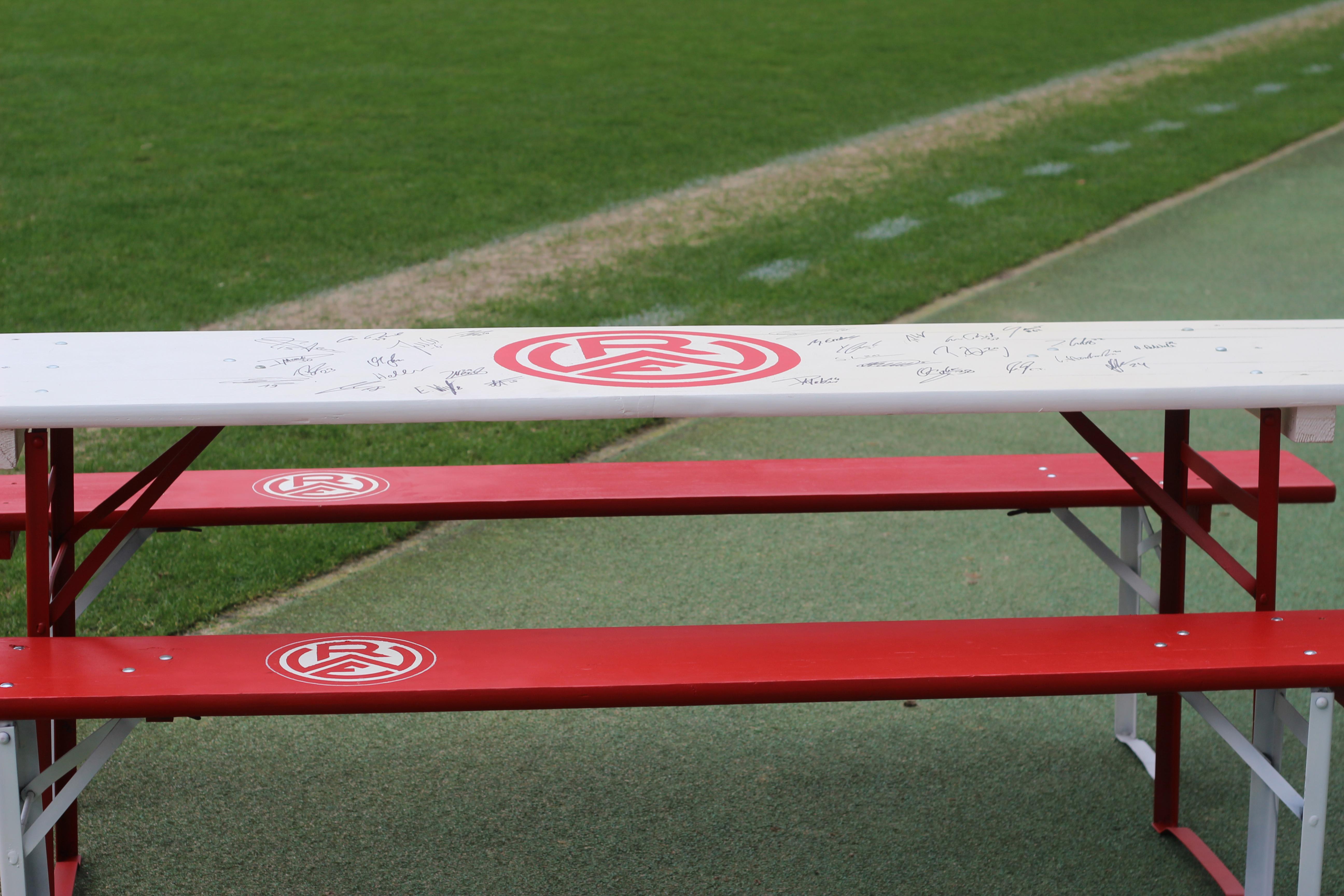 Ab sofort können RWE-Fans eine siginierte rot-weisse Bierzeltgarnitur erwerben.