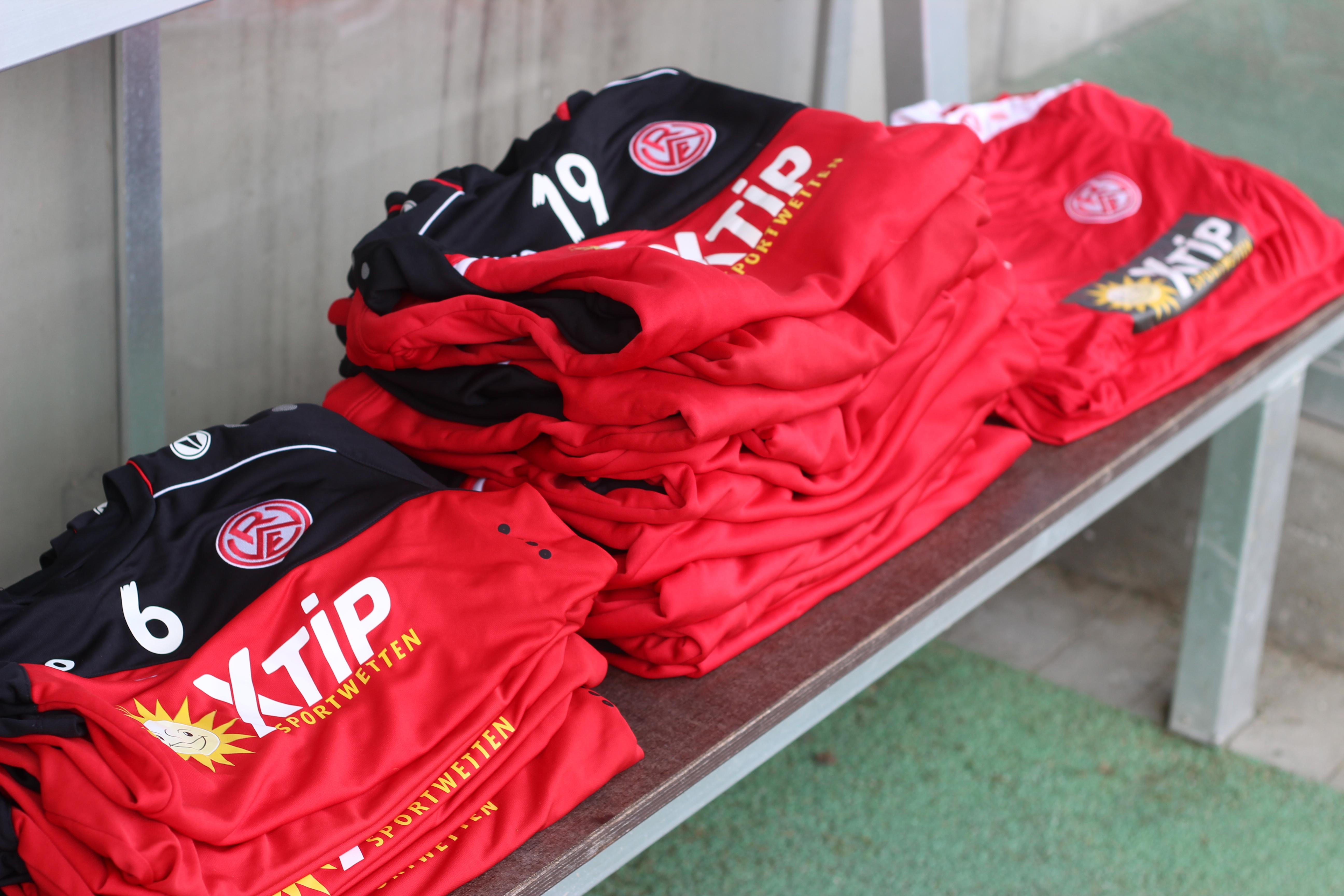 Ab heute können RWE-Fans eine Trainingsaurüstung für ihre Hobbymannschaft ersteigern.