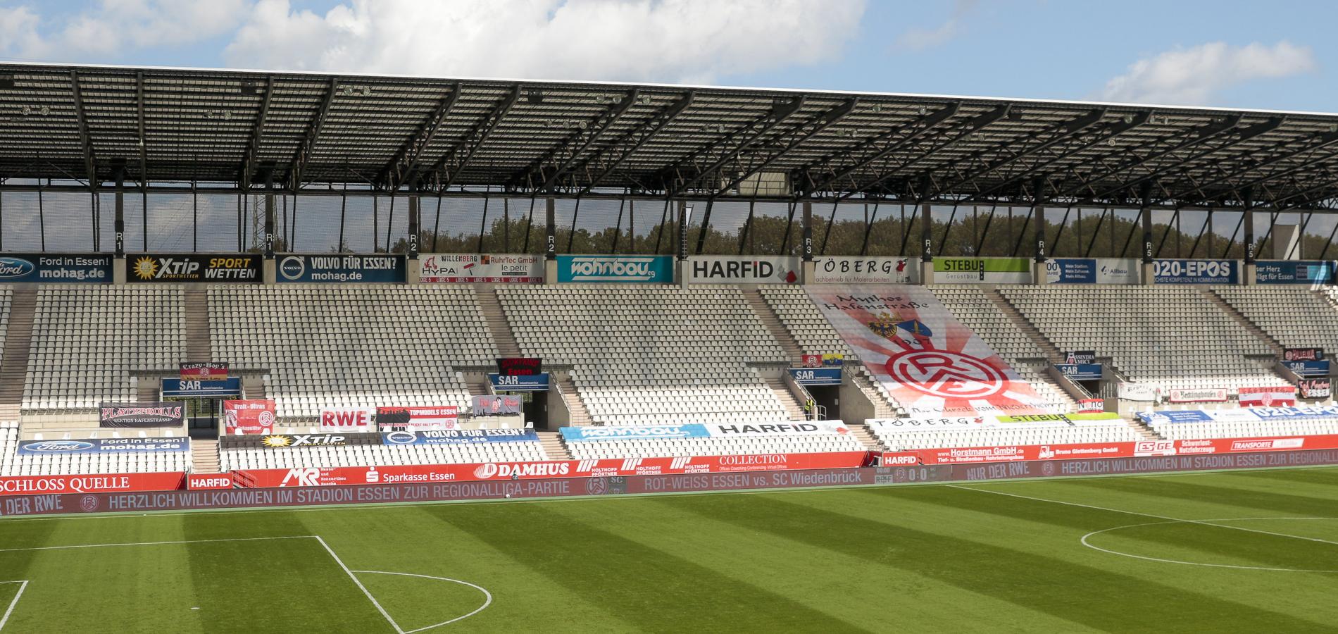 Bereits gegen Bielefeld spannten einige Rot-Weisse auf Aufruf von RWE und FFA Fahnen über die Rahn-Tribüne. (Foto: Endberg)