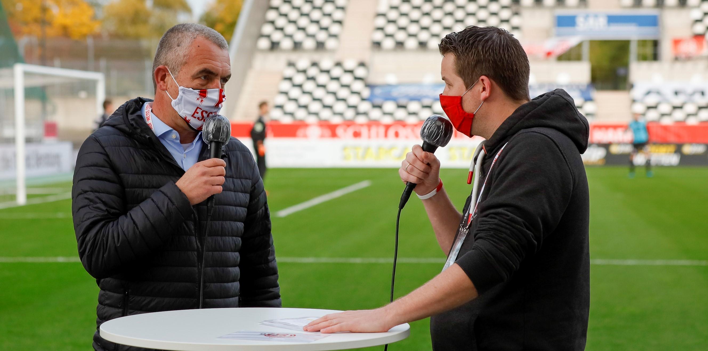 Zur guten Routine vor jedem Spiel geworden: das Interview zwischen RWE-Vorstand Marcus Uhlig (l.) und Kommentator Christian Ruthenbeck. (Foto: Endberg)