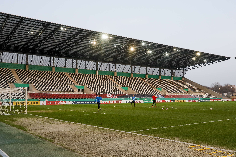 Platziert wurde das Banner zum DFB-Pokal Viertelfinale auf der Rahn-Tribüne.