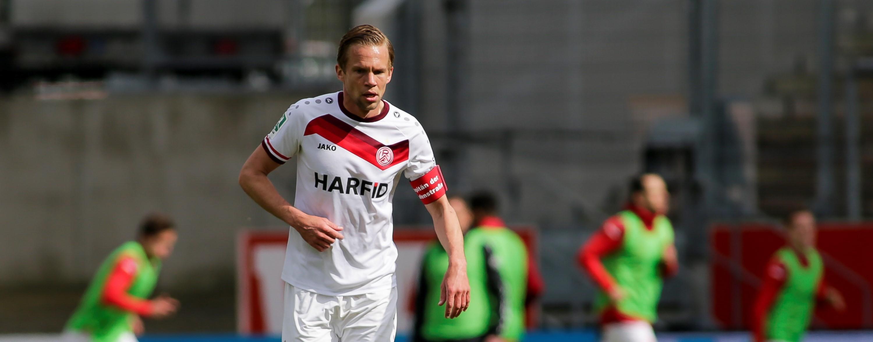 Schon als Vizekapitän Verantwortungsträger: Dennis Grote führt RWE 2021/2022 als Spielführer auf das Feld. (Foto: Endberg)