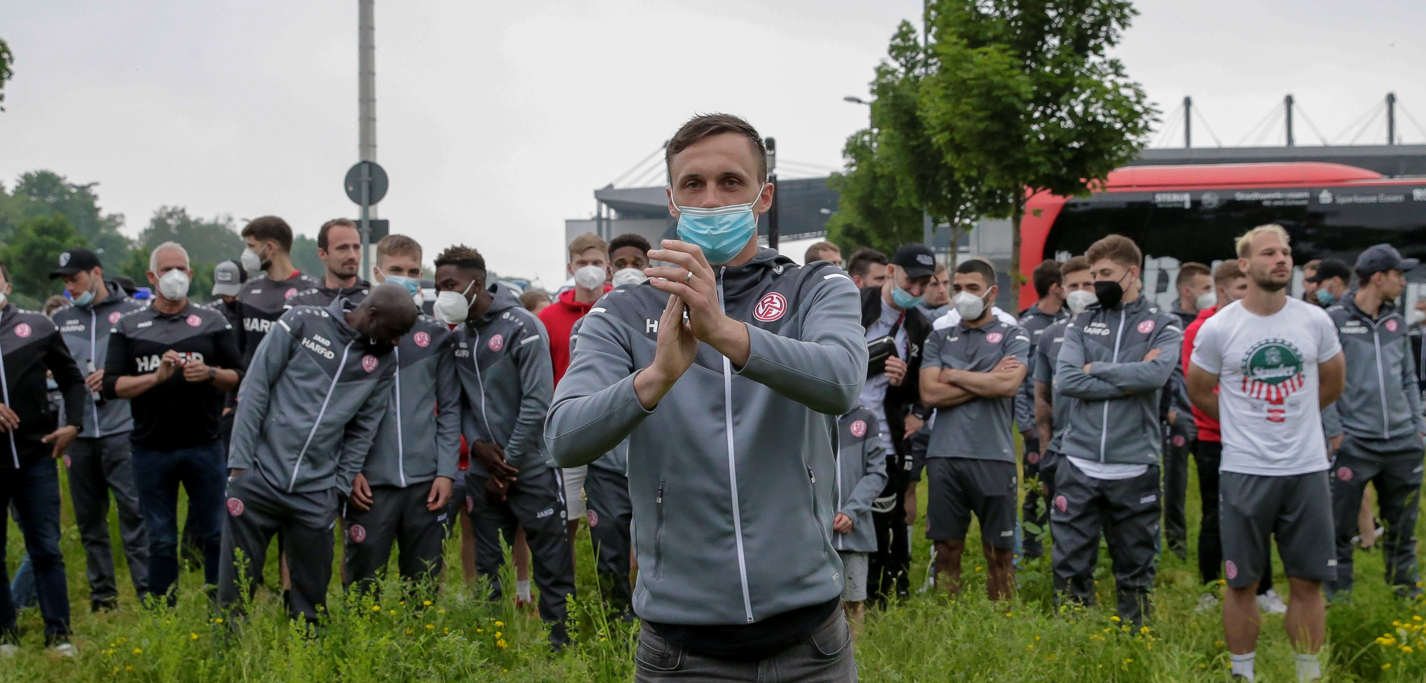 """Applaus für """"Platzo"""": Nach acht rot-weissen Jahren hat der Fußballgott sich die """"Standing-Ovations"""" redlich verdient. (Foto: Endberg)"""