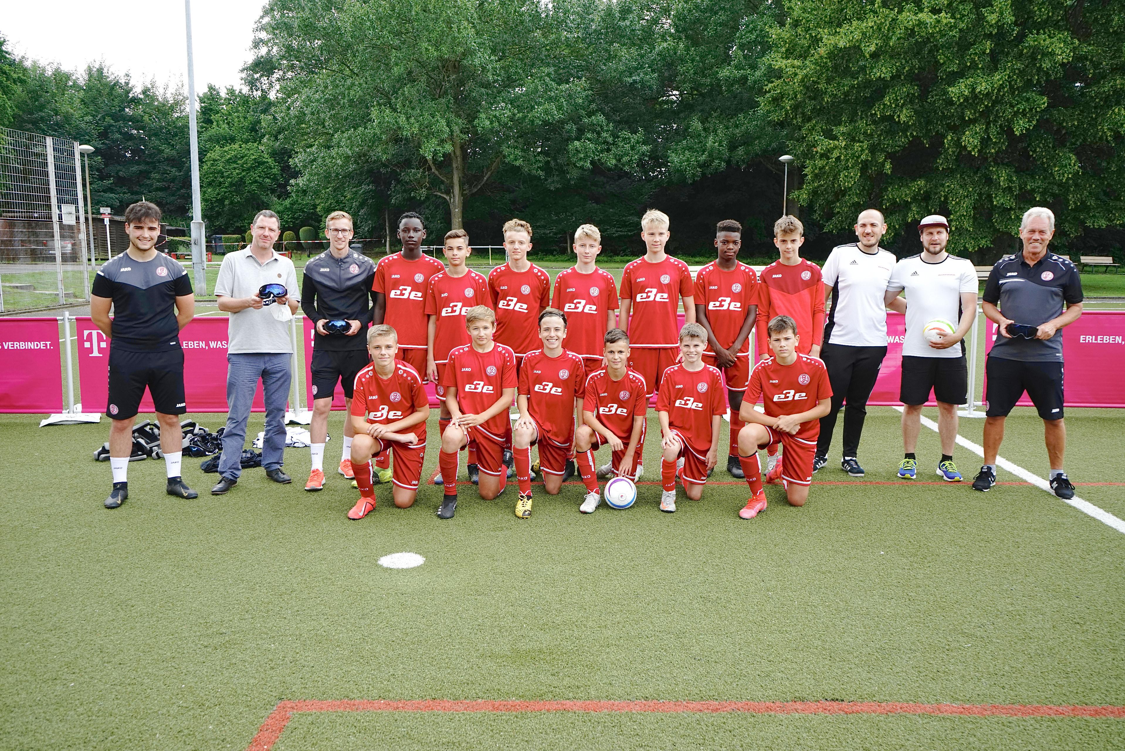 Gelebte Inklusion: Die Neue Sporterfahrung brachte den U13- und U14-Spielern von Rot-Weiss Essen den Blindenfußball näher. (Foto: Müller/EC)