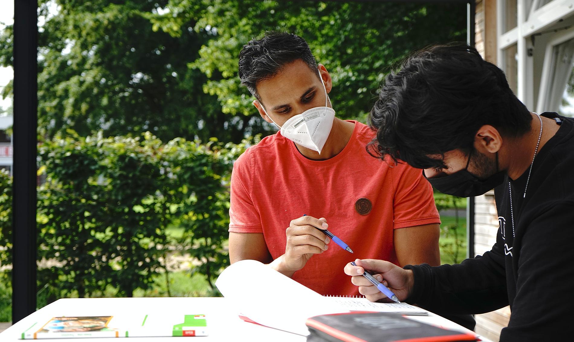 Individuelle Förderung: Andreas Lichtenstein (li.), Projektleiter Sommerschule, und die übrigen Essener-Chancen-Pädagogen helfen den Jugendlichen beim Sprung in die nächste Stufe. (Foto: Müller/EC)