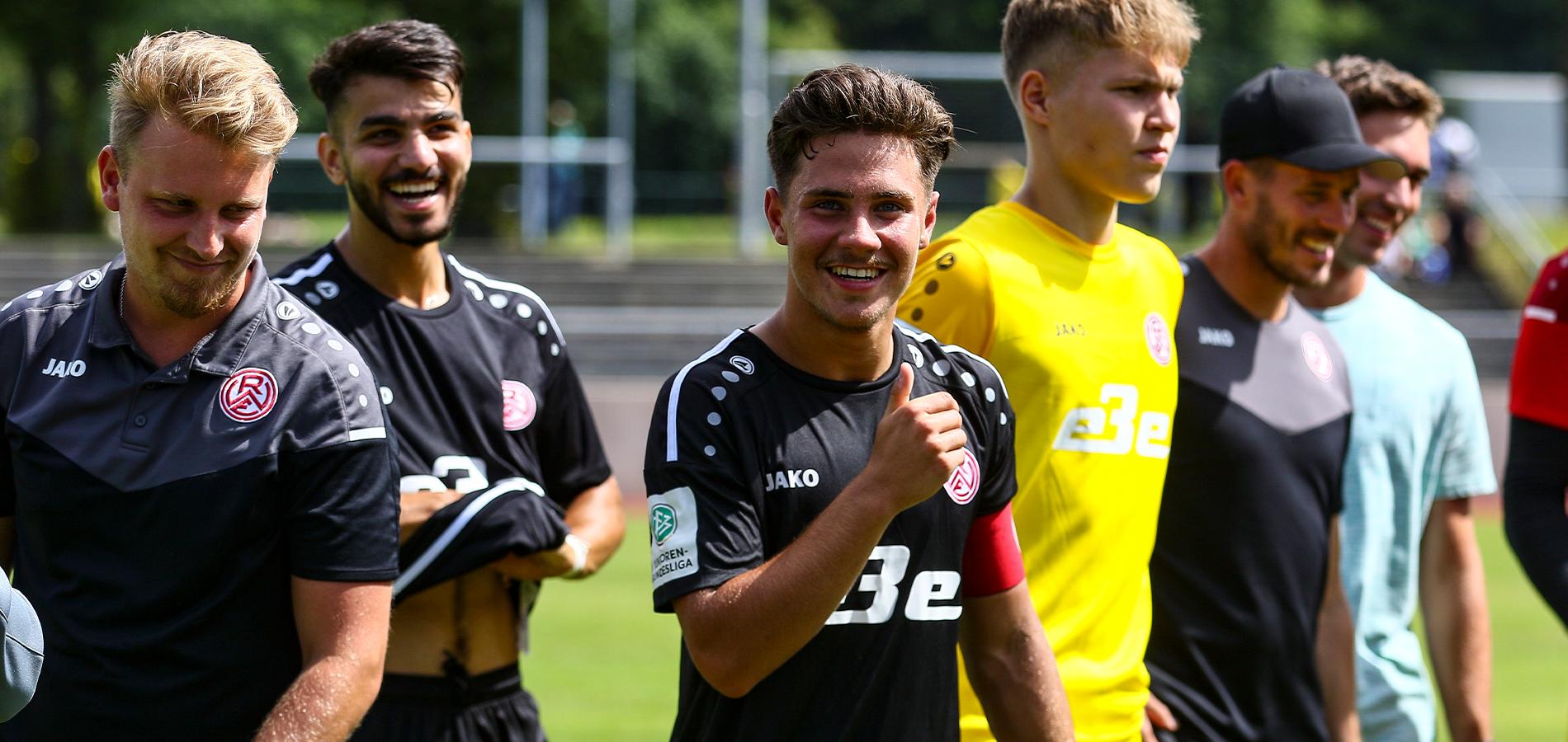 Große Freude bei U19-Kapitän Guiliano Zimmerling und seinen Mitspielern: Die A-Jugend ist vorzeitig eine Runde im NRW-Ligapokal weiter. (Foto: Breilmannswiese)