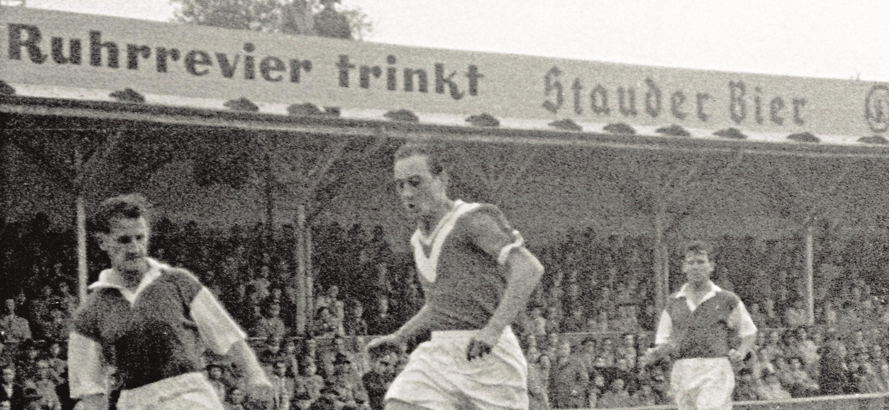 Schon in den 1950er Jahren war Stauder Partner an der Hafenstraße – hier mit einem Schriftzug auf der alten Holztribüne.