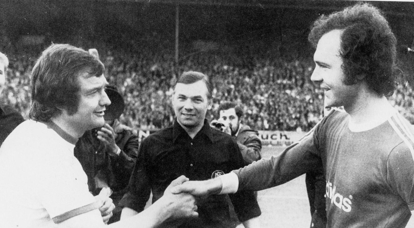 Willi Lippens bei einer Begrüßung zur Platzwahl mit Bayern-Kapitän Franz Beckenbauer, für den er nach dem Spiel in München tröstende Worte hatte.