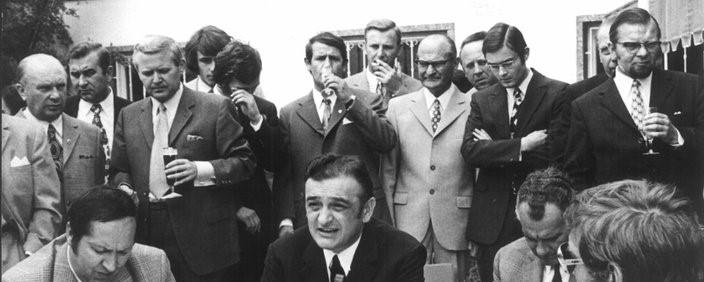 Offenbachs Präsident Canellas spielt an seinem 50. Geburtstag Tonbandmitschnitte vor, die den Bundesligaskandal ins Rollen bringen.
