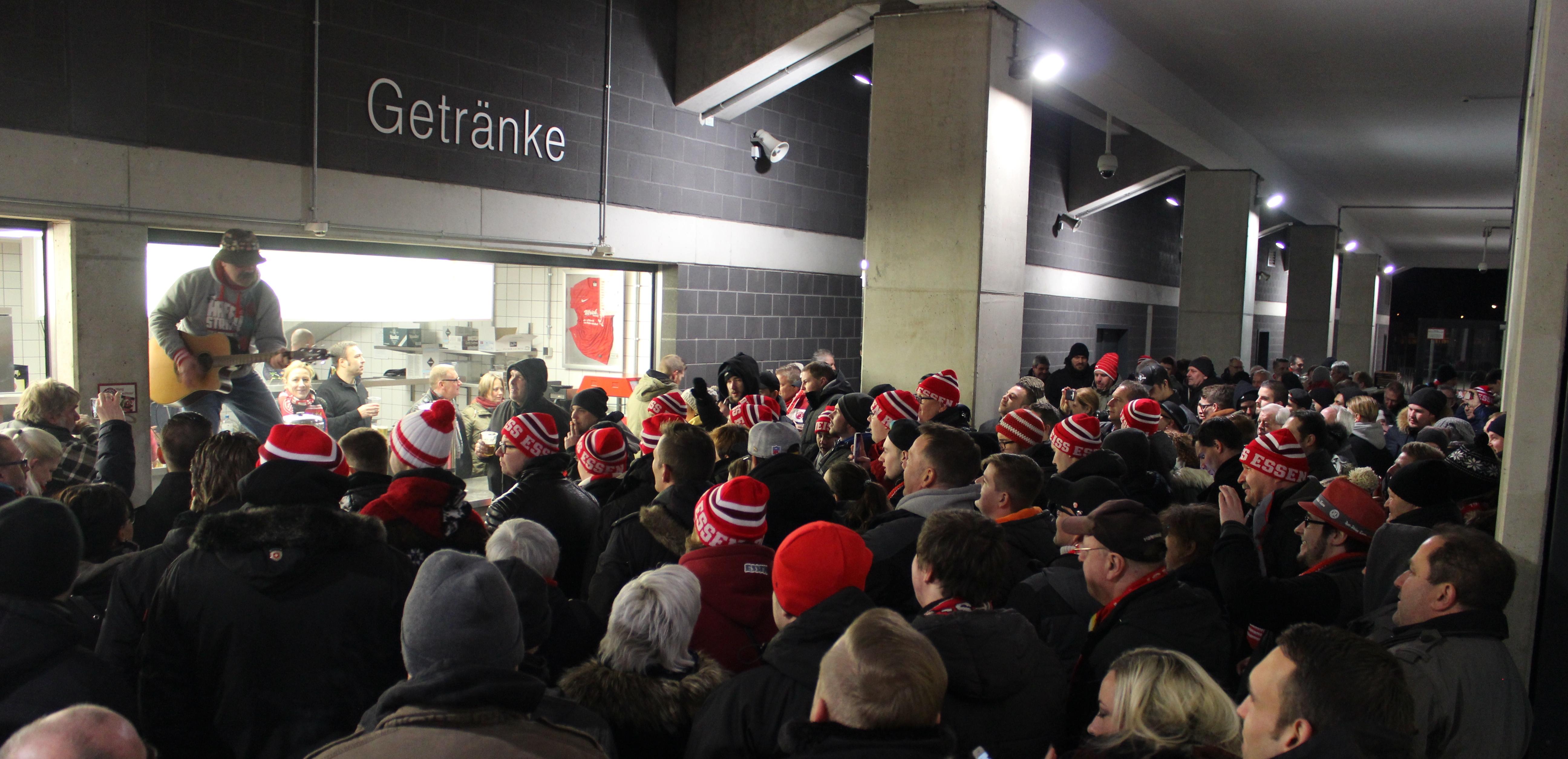 Traditionell beginnt das neue Jahr an der Hafenstraße mit Bratwurst und Stauder.