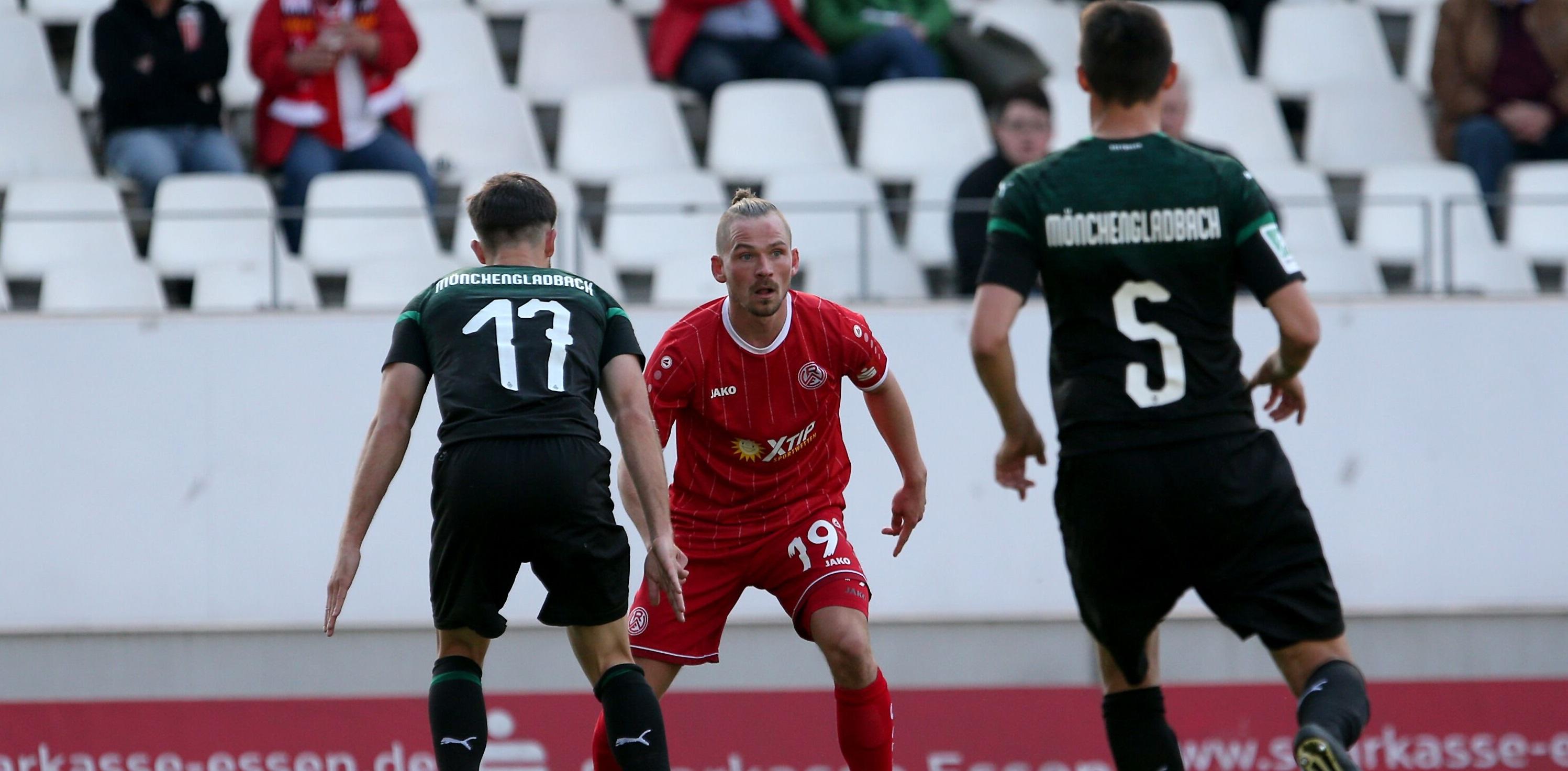 Kevin Freiberger (mi.) gab gegen Borussia Mönchengladbach II sein Comeback. (Foto: Endberg)
