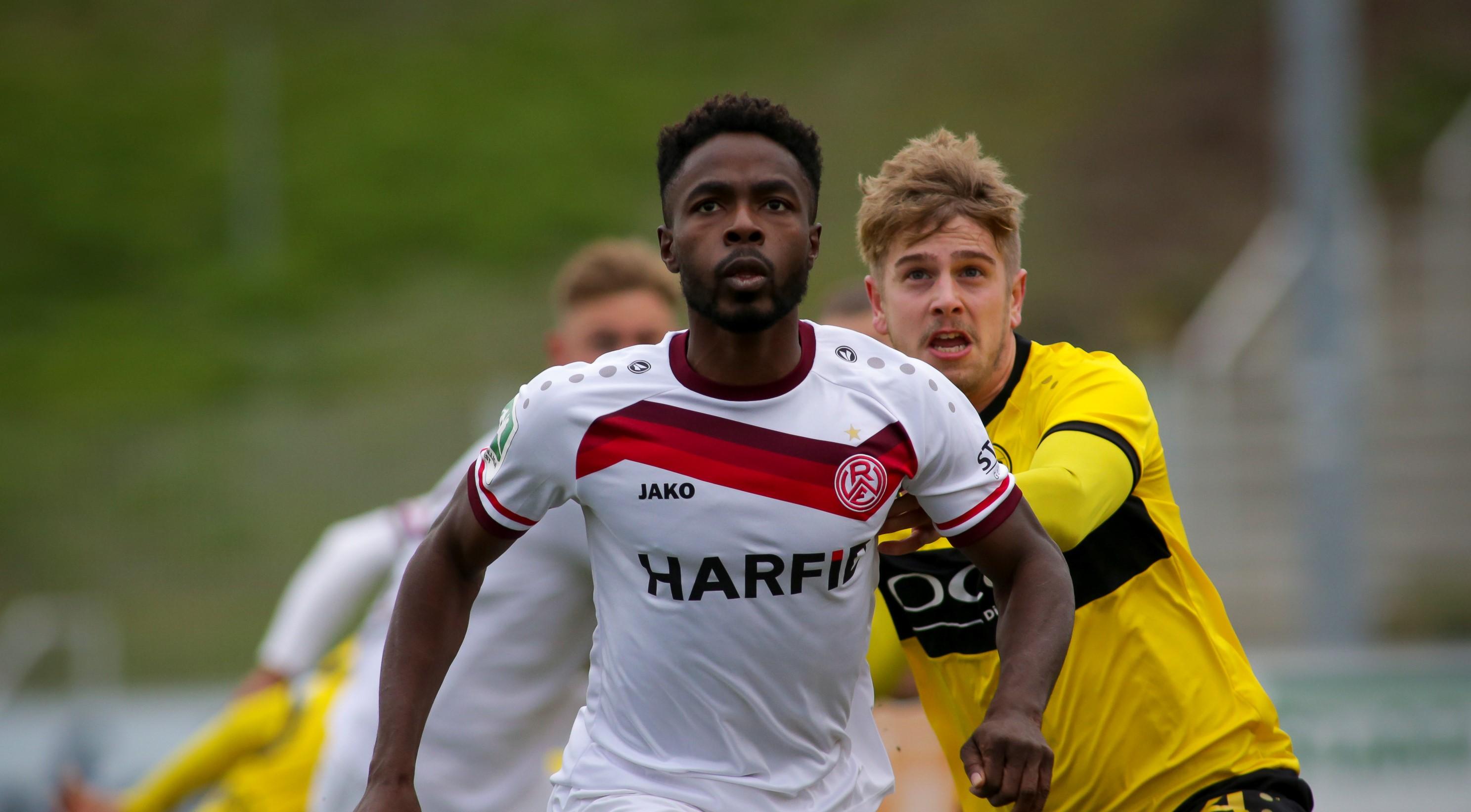 Alles im Griff: Daniel Heber gewinnt auch den Zweikampf beim VfB Homberg (Fotos: Endberg)