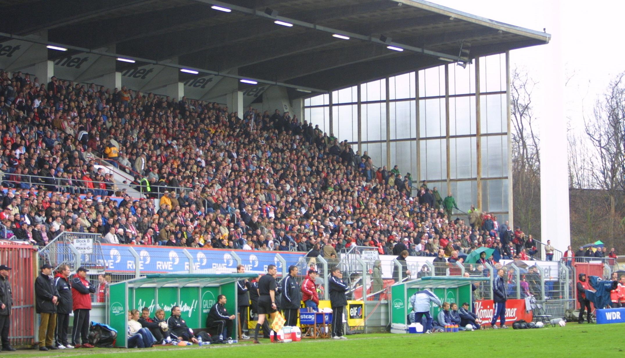 Rappelvolles Georg-Melches-Stadion: In den beiden letzten siegreichen Spielzeiten gegen Kiel – 2004 und hier beim 2:1-Heimsieg 2006 – stand am Ende der Aufstieg in die 2. Bundesliga an. (Foto: Holstein Kiel)