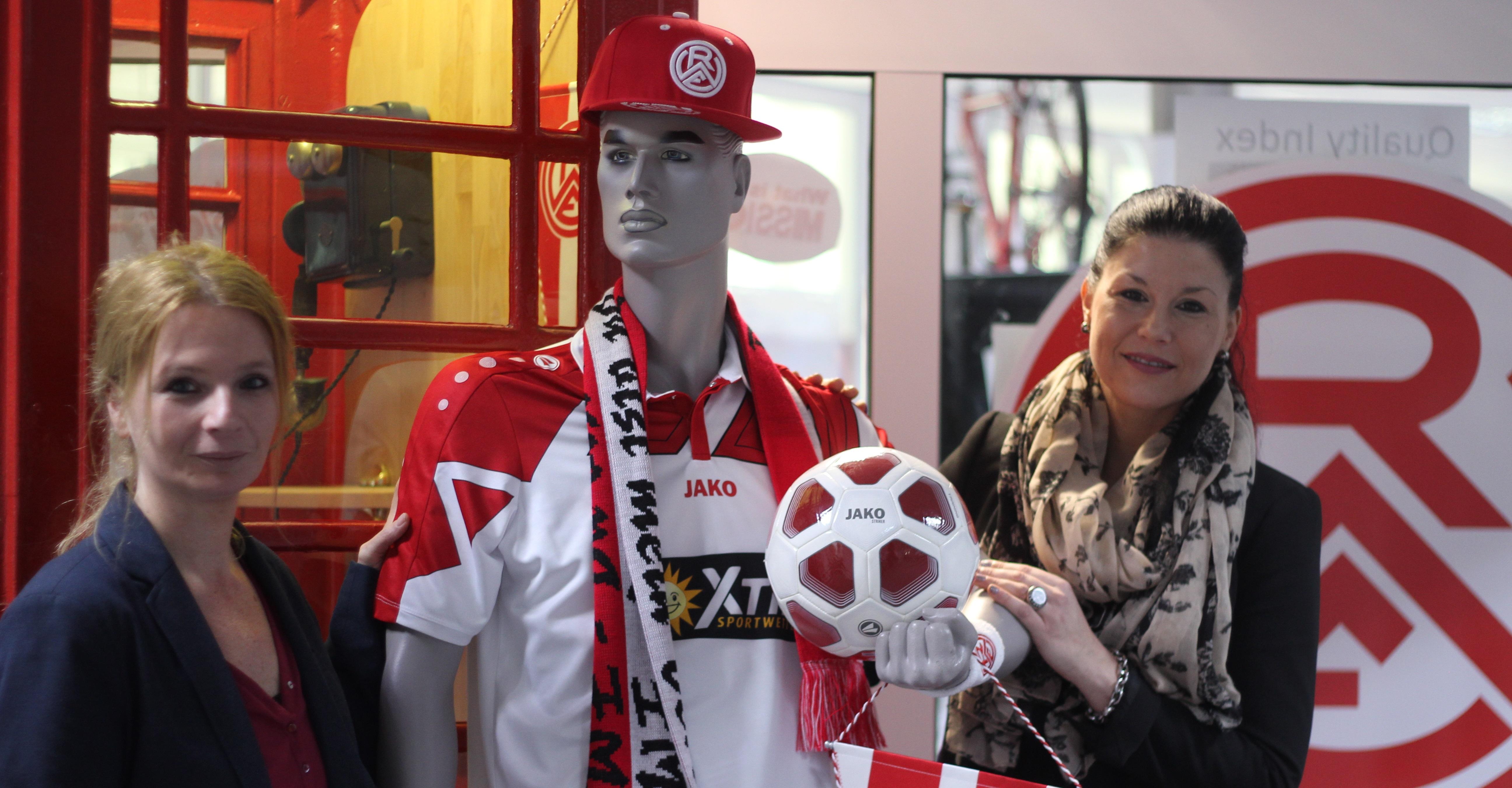 Sandra Danch und Mareike-Kim Marburg von der 020-EPOS GmbH sind im Rot-Weiss-Fieber.