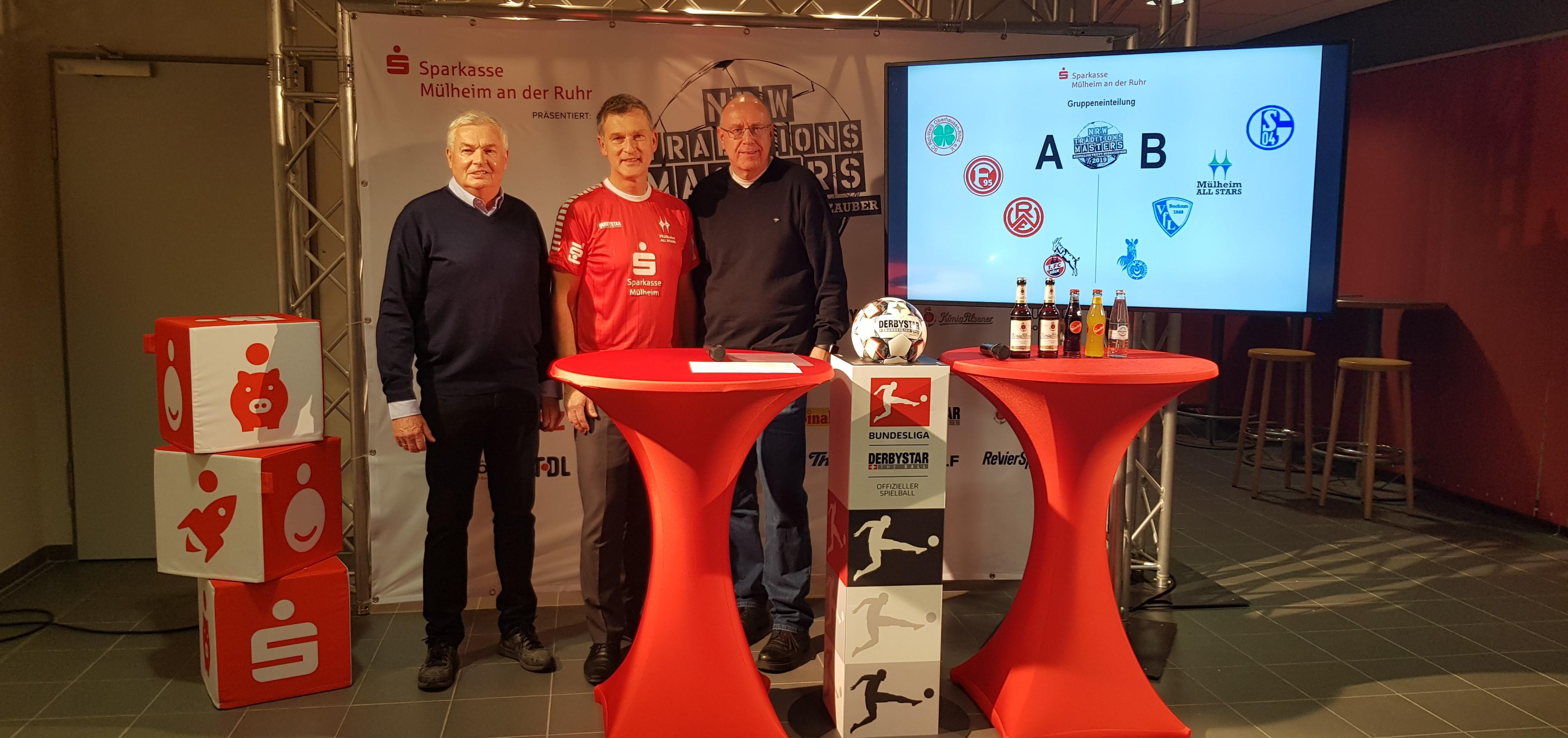 Hannes Bongartz, Frank Werner (Vorstandsmitglied der Sparkasse Mülheim), Moderator Ralf Bosse (v.l.) präsentieren die Gruppen des NRW-Traditionsmasters. (Foto: OMD sports)