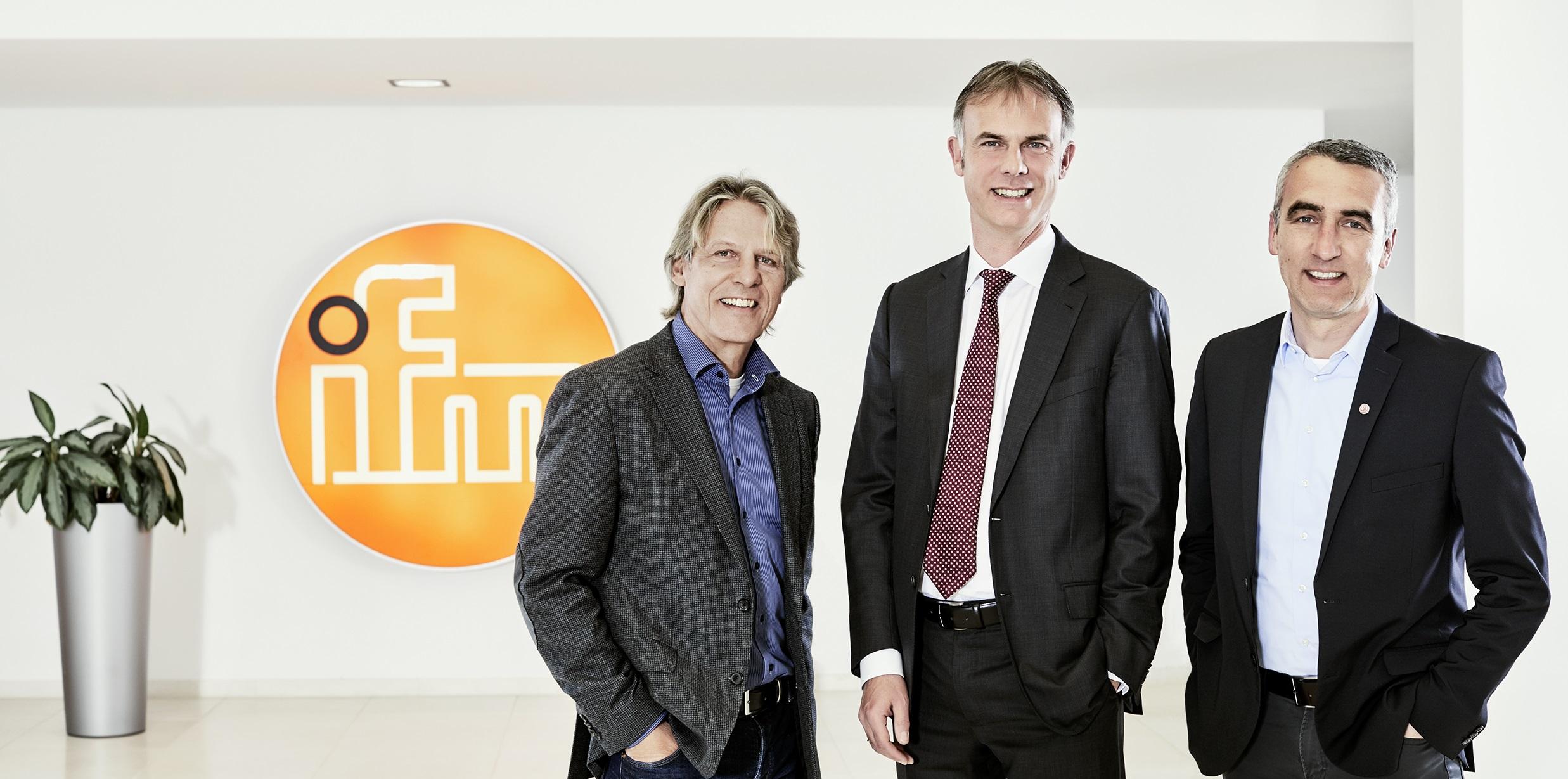 Die Vorstände Michael Marhofer (m.) und Marcus Uhlig (re.) sowie Rainer Koch im ifm-Hauptsitz.