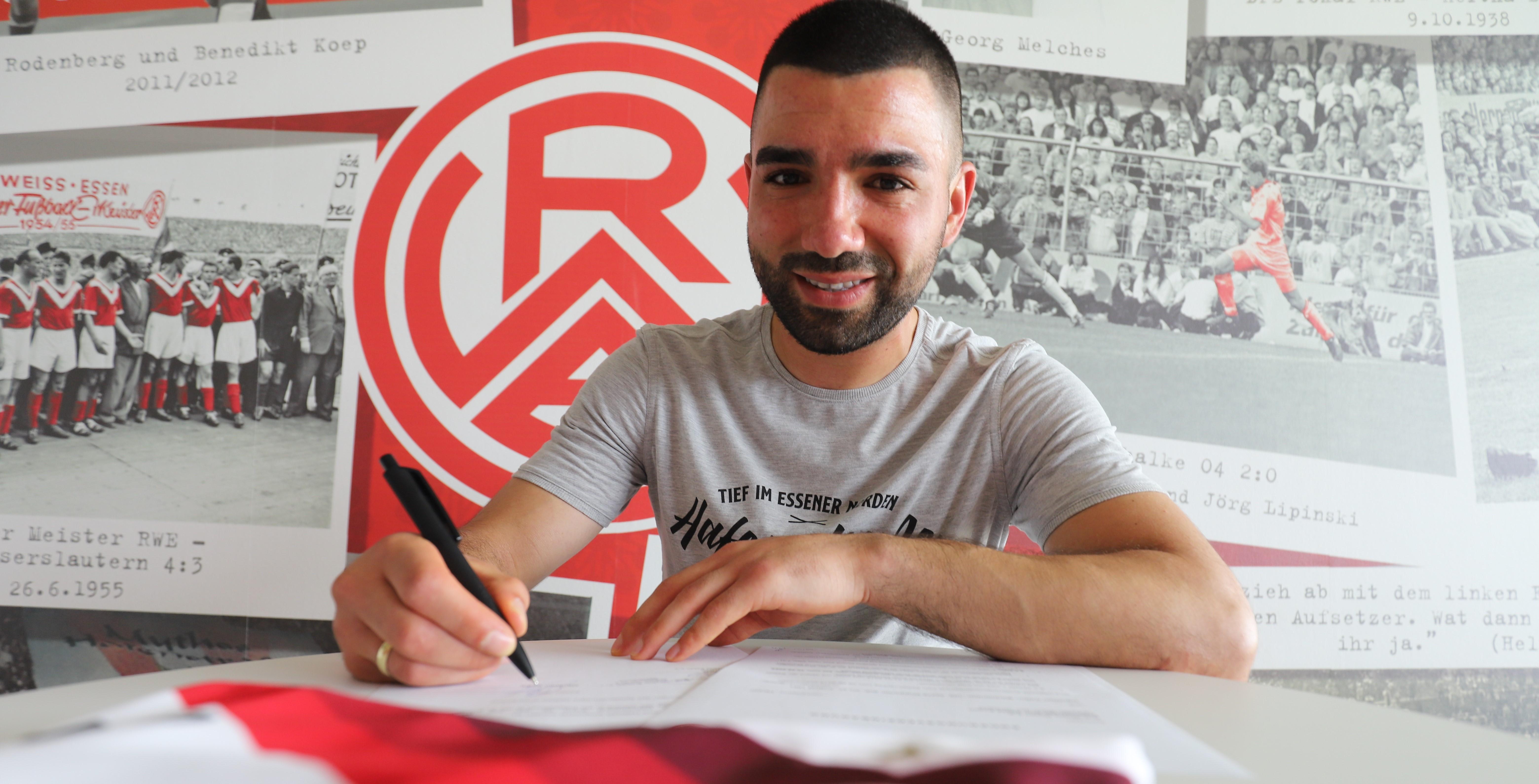 In trockenen Tüchern: Oguzhan Kefkir unterschreibt sein neues Arbeitspapier bei Rot-Weiss Essen.