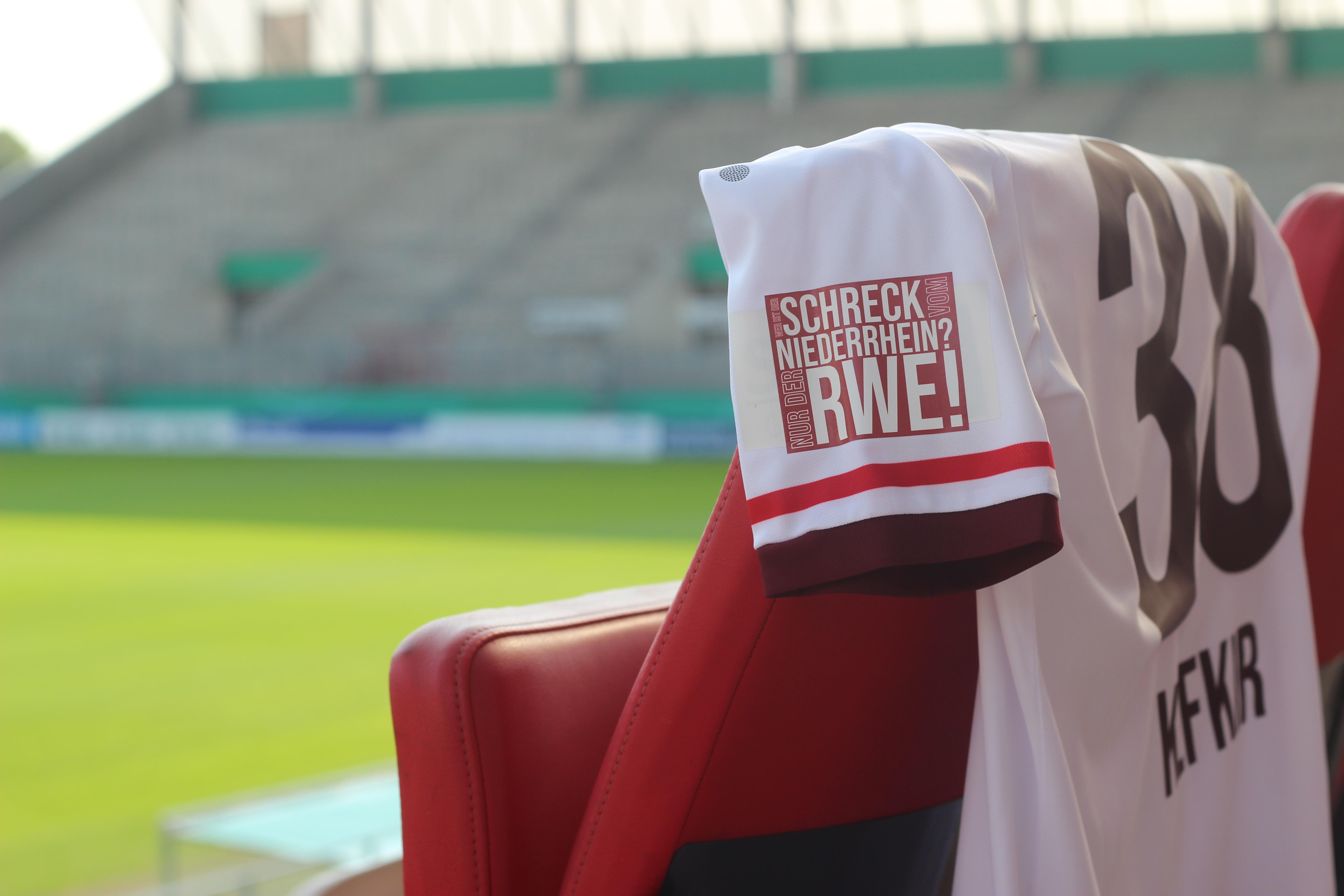 Der legendäre Leitsatz auf dem Arm, ermöglicht durch einen rot-weissen Fan. (Foto: RWE)
