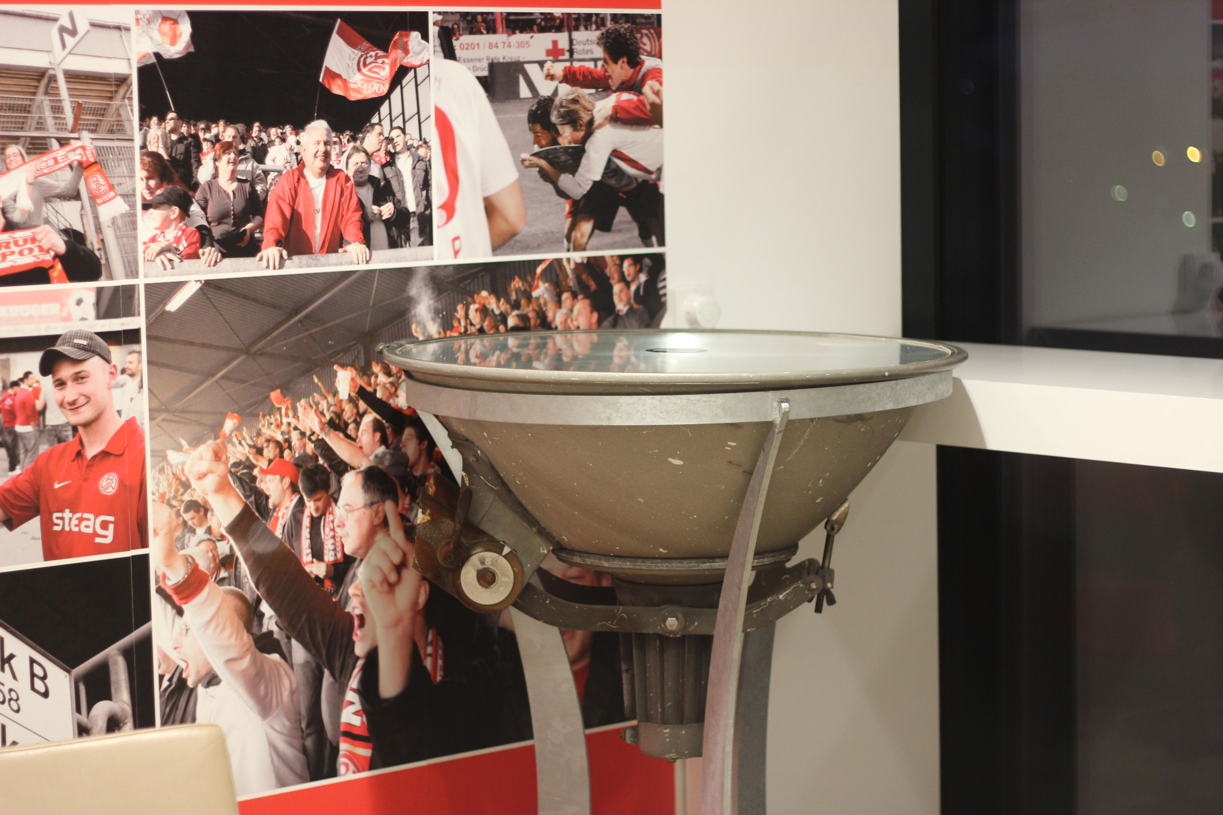 Den Stehtisch aus einer Flutlichtlampe des Georg-Melches Stadions können Rot-Weisse ab heute ersteigern.