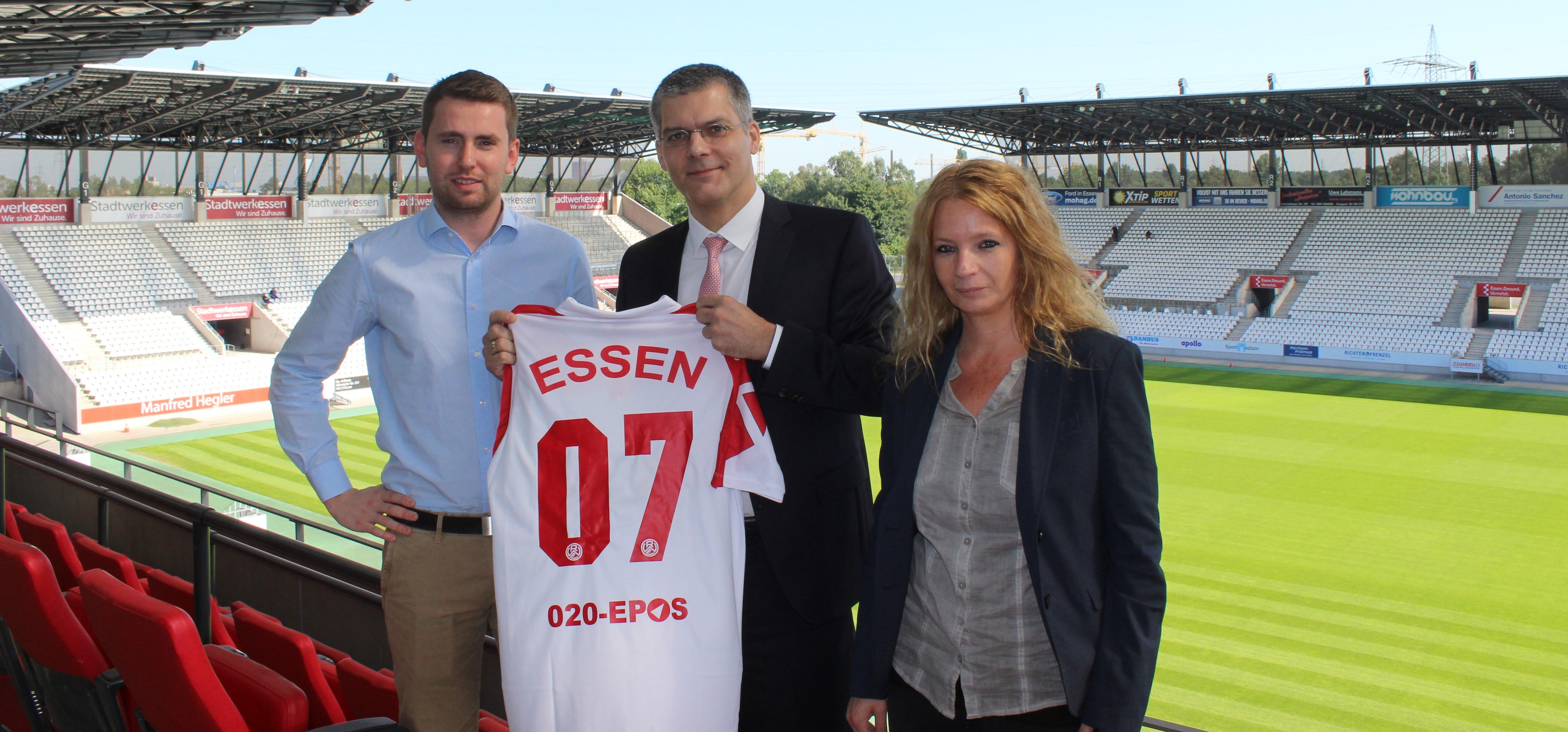 Daniel Elzer begrüßt mit Georg Jansen (Geschäftsführer 020-EPOS) und Sandra Danch (Personalentwicklung 020-EPOS) einen neuen Top-Partner an der Hafenstraße.
