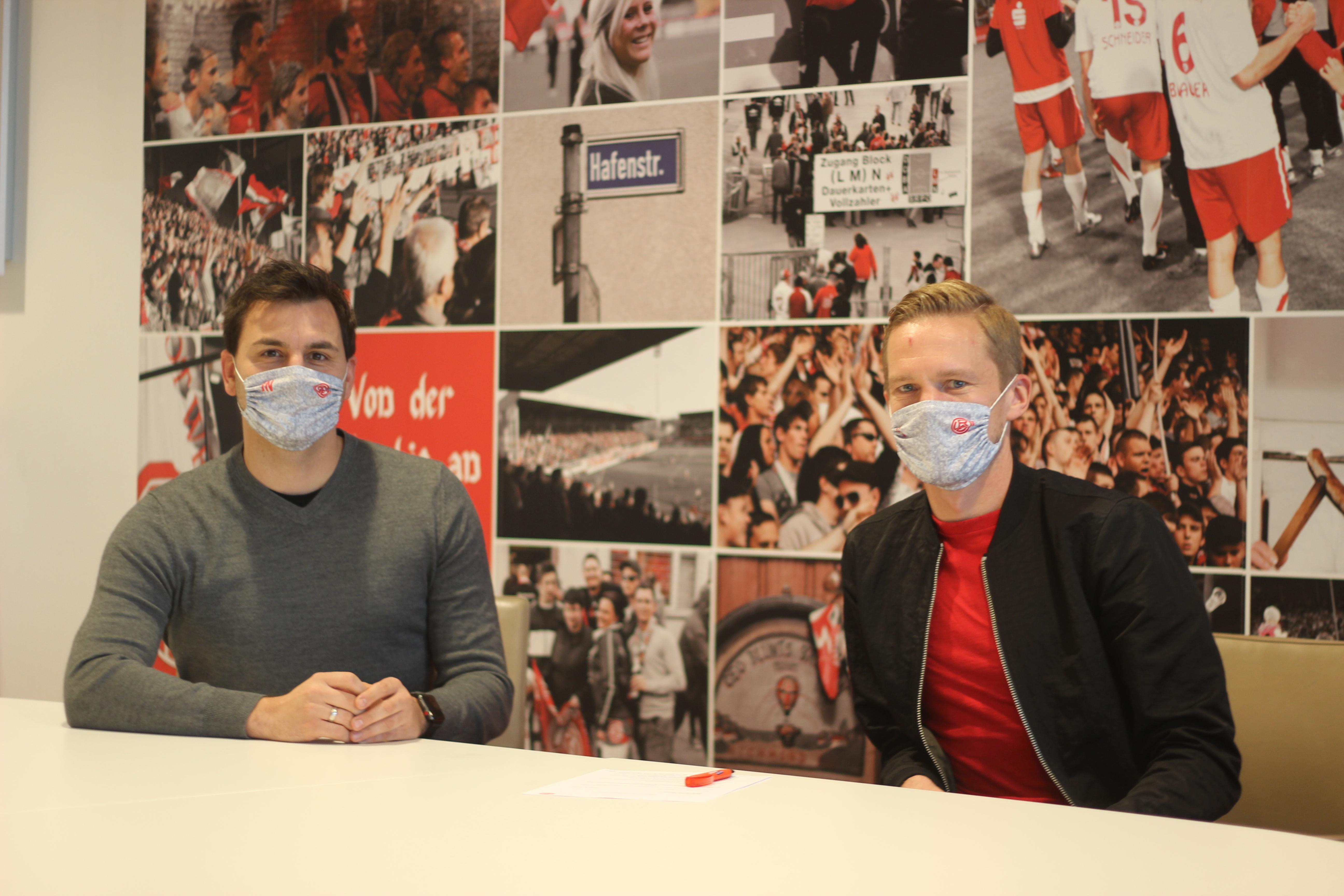Die Tinte ist trocken: An der Seite von RWE-Sportdirektor Jörn Nowak (links) verlängerte Dennis Grote heute seinen Vertrag an der Hafenstraße (Foto: RWE).