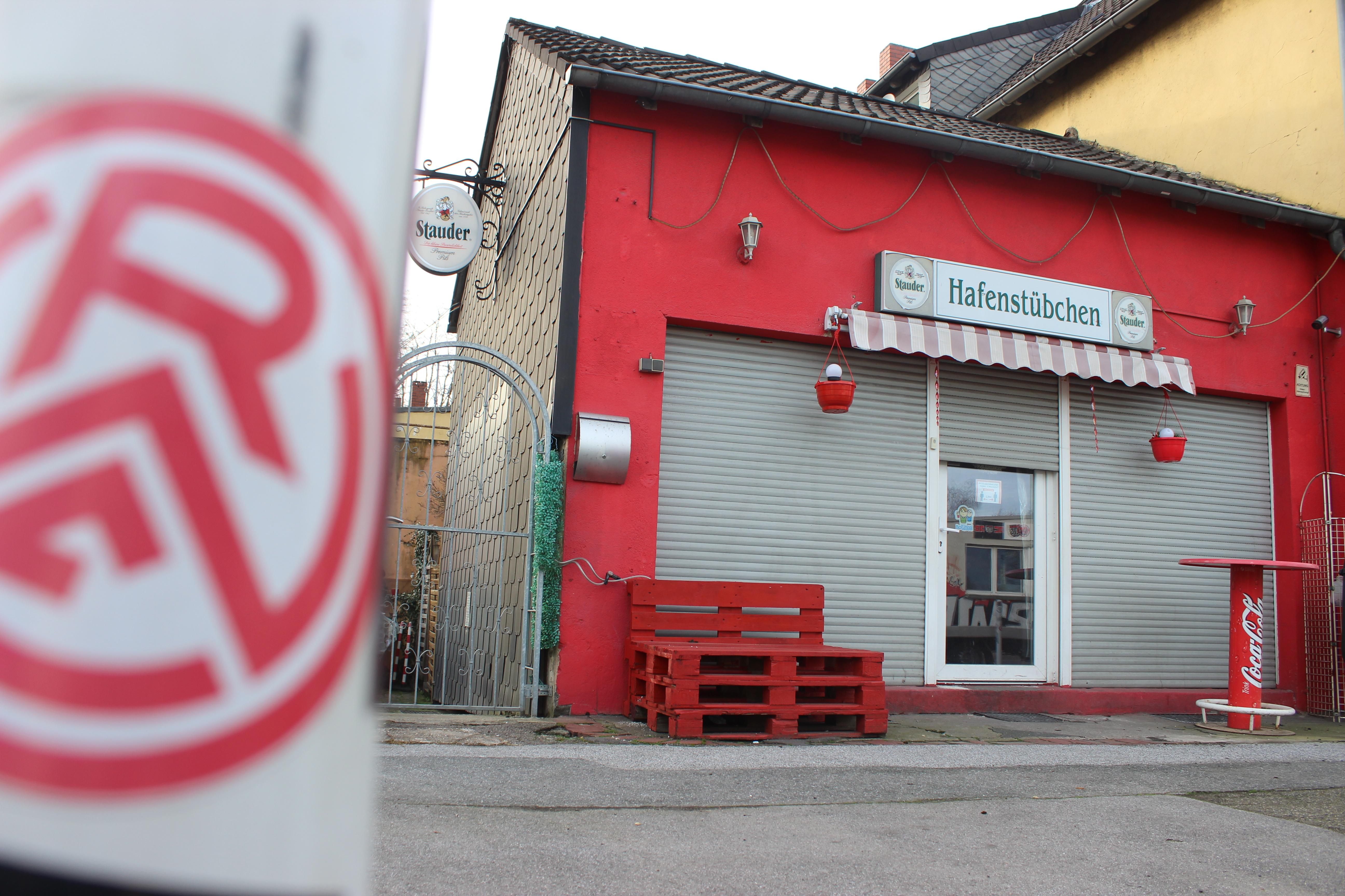 RWE stellt sich vor das Hafenstübchen: Mit dem Erlös aus der DFB-Pokal-Aktion soll die rot-weisse Kult-Kneipe gerettet werden. (Foto: Poerting)