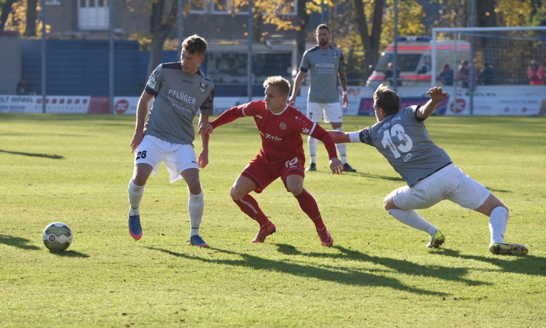 Einen harten Kampf boten sich beide Mannschaften im Wiedenbrücker Jahnstadion. (Foto: Rotzoll)