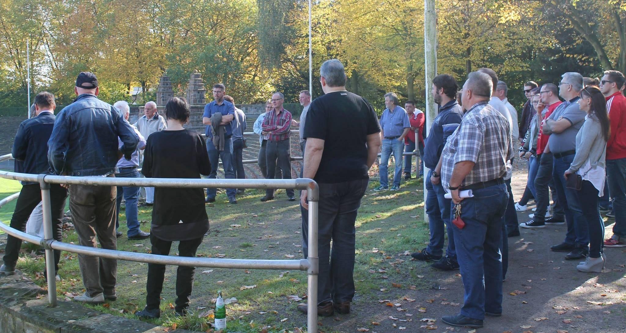 Rund 40 Leute nahmen an der nostalgischen Stadiontour teil. (Foto: Sauskat)