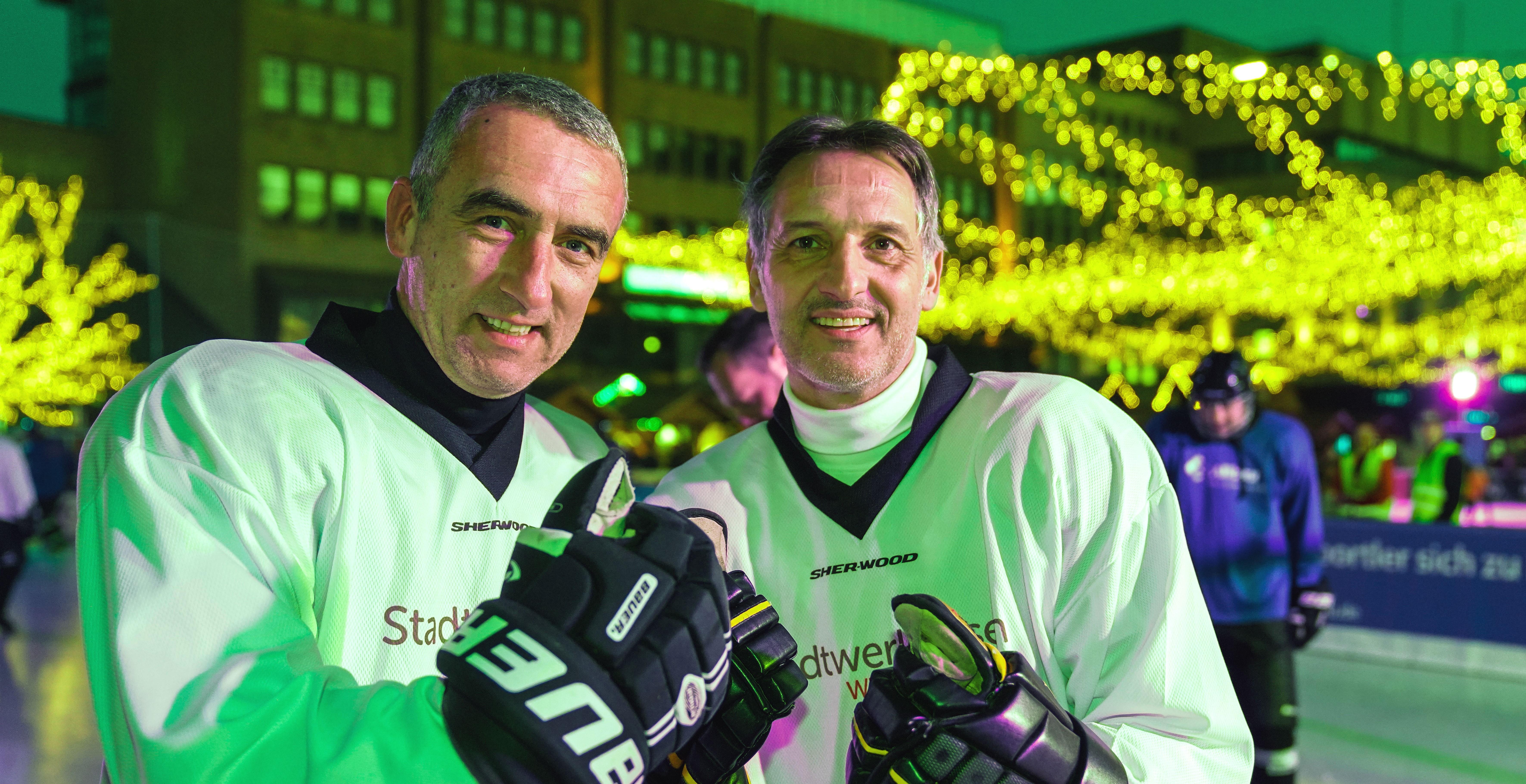 Marcus Uhlig und Thomas Böttcher (Wohnbau Rockets) standen für die StadtwerkeAllstars auf dem Eis. (Foto: Gohl)
