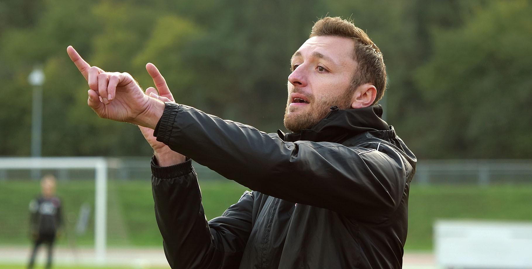Damian Apfeld bleibt der rot-weissen U19 zwei weitere Jahre als Trainer erhalten. (Foto: Gohl)