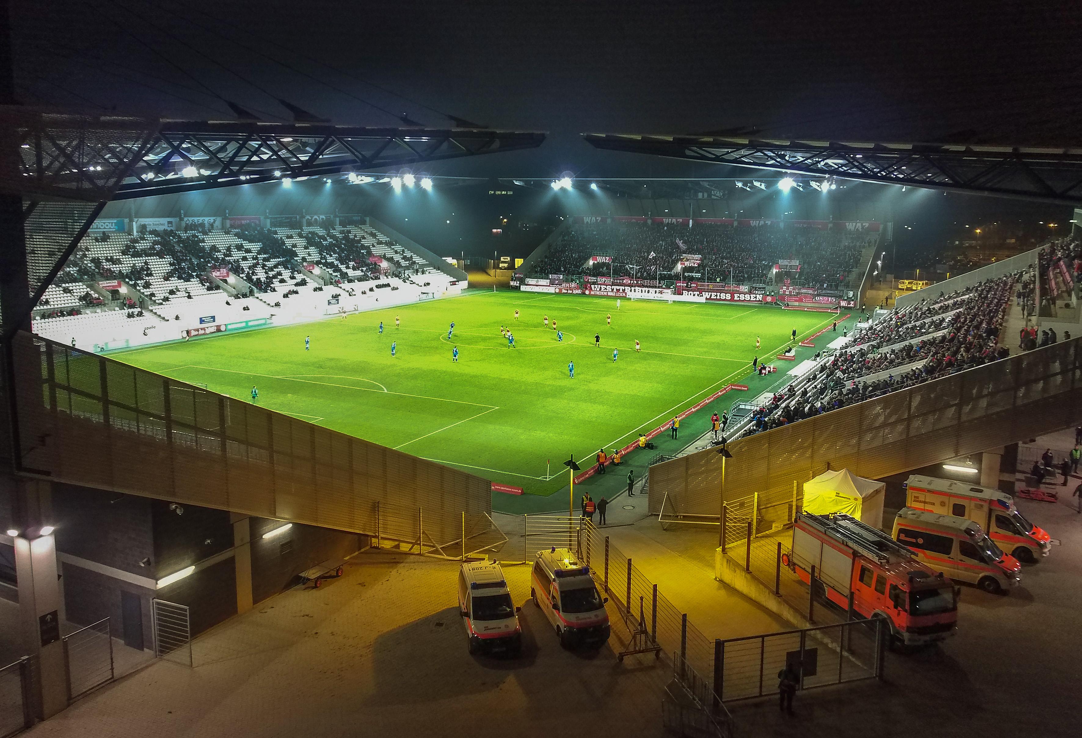 Die Begegnung gegen den SV Straelen wird unter Flutlicht ausgetragen. (Foto: Gohl)