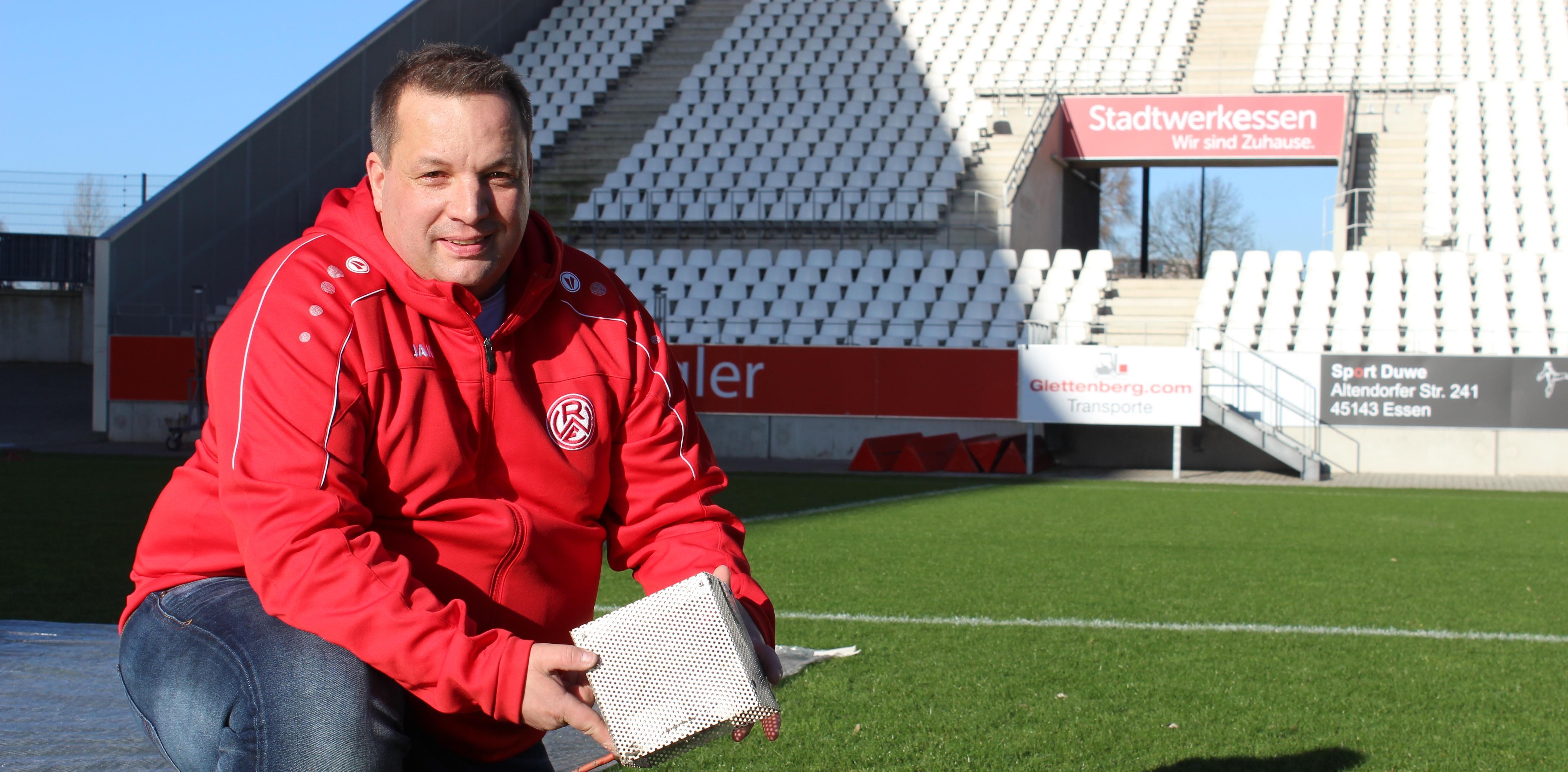 Ronny Kub, Greenkeeper im Stadion Essen, erklärt, wie die Rasenheizung funktioniert.
