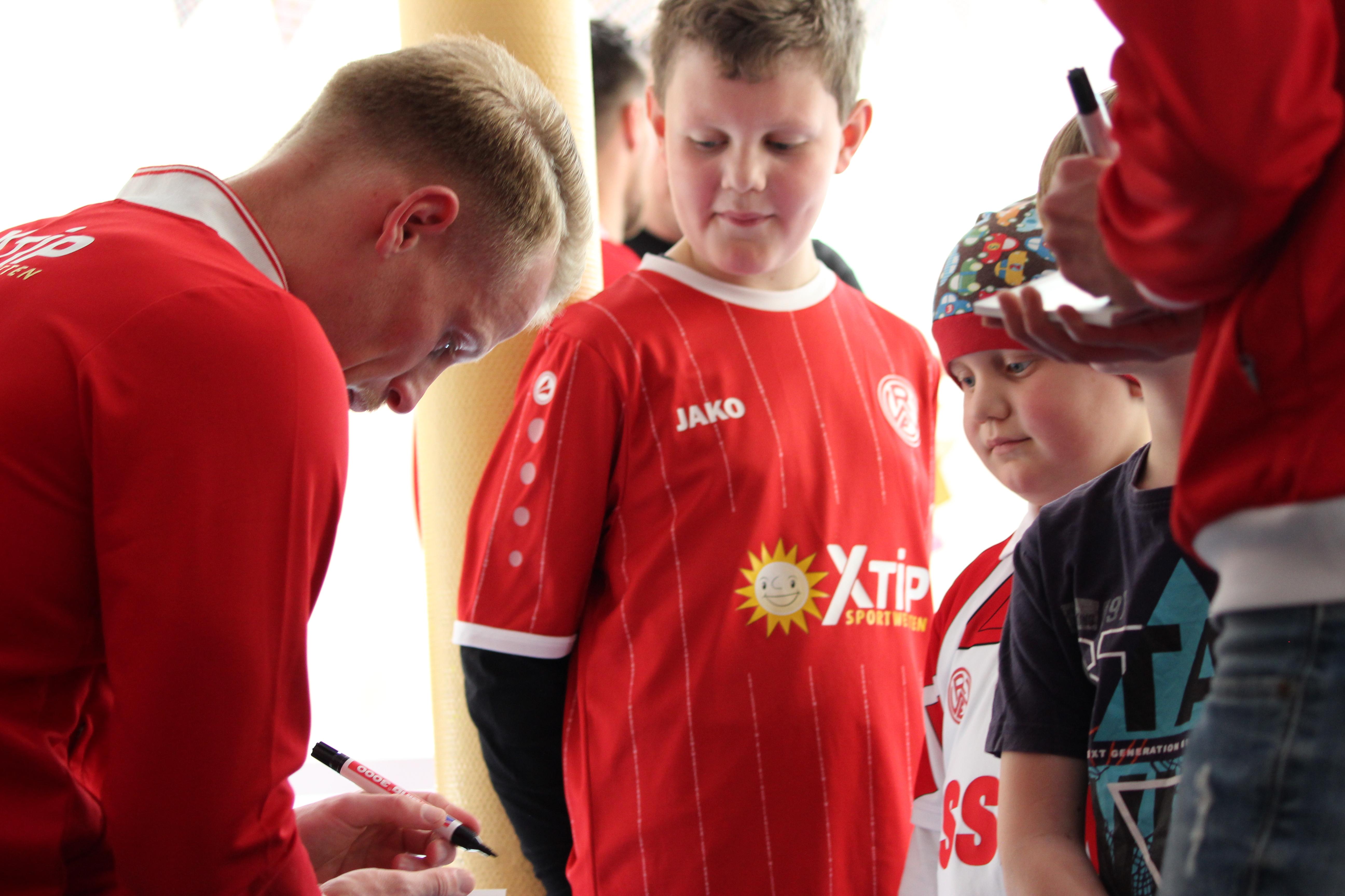 Herzenswünsche on Tour: Essener Chancen und Rot-Weiss Essen besuchen Einrichtungen und Kinder im gesamten Stadtgebiet. (Fotos: Müller/EC)
