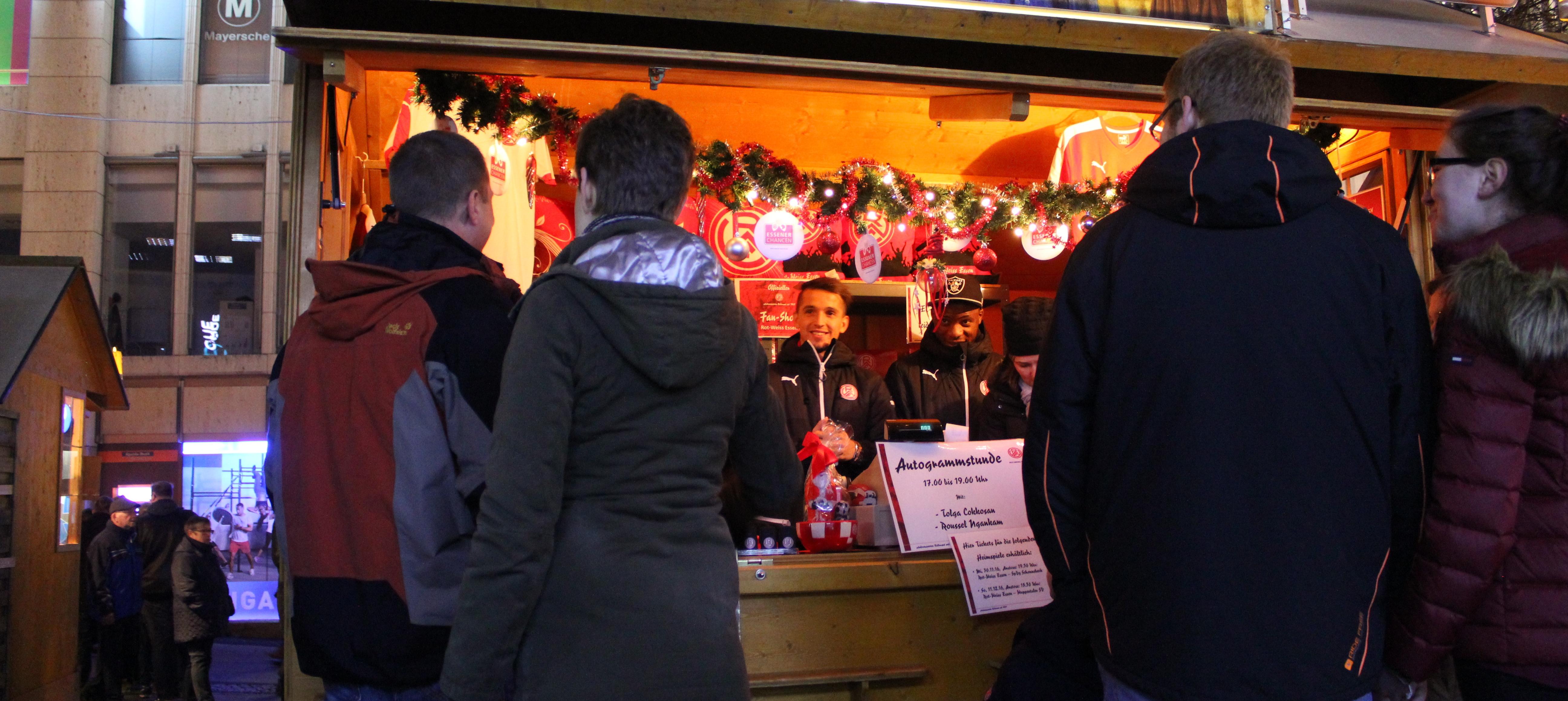 Auch in diesem Jahr schreiben Spieler von RWE wieder Autogramme auf dem Weihnachtsmarkt.