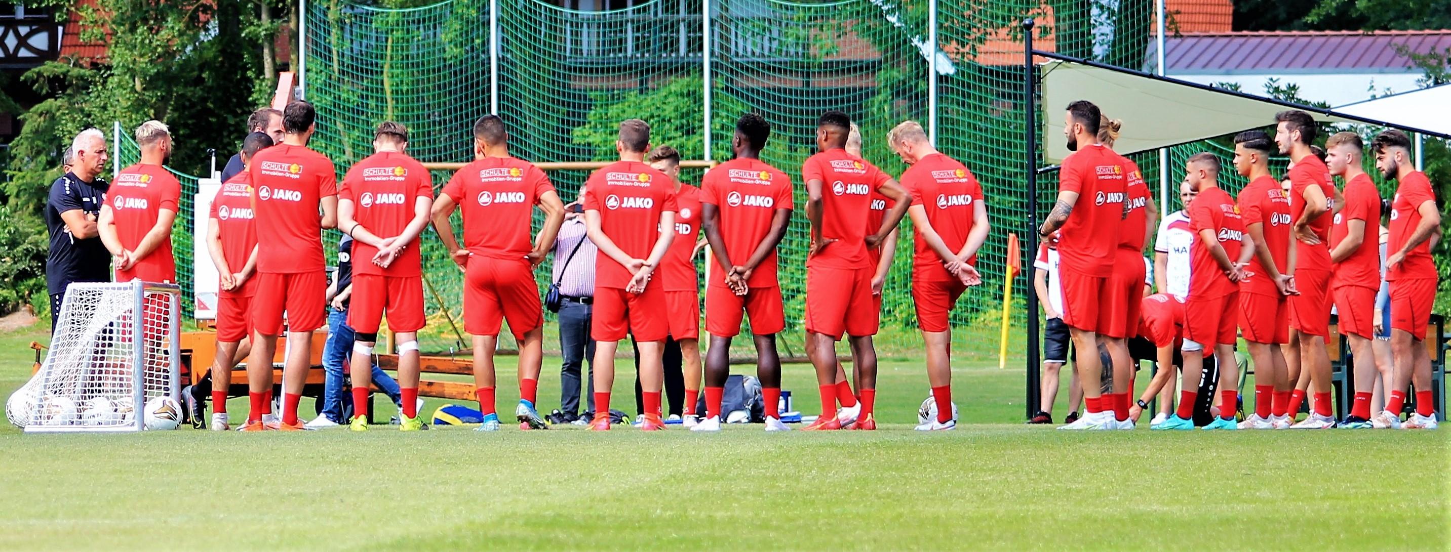 """Engagement für die Fußball-Flutopfer: Die erste Mannschaft von Rot-Weiss Essen spendet auf der Plattform """"I do Essen"""" 1.500 Euro für die Klubs aus Mintard und Kupferdreh. (Foto: RWE)"""