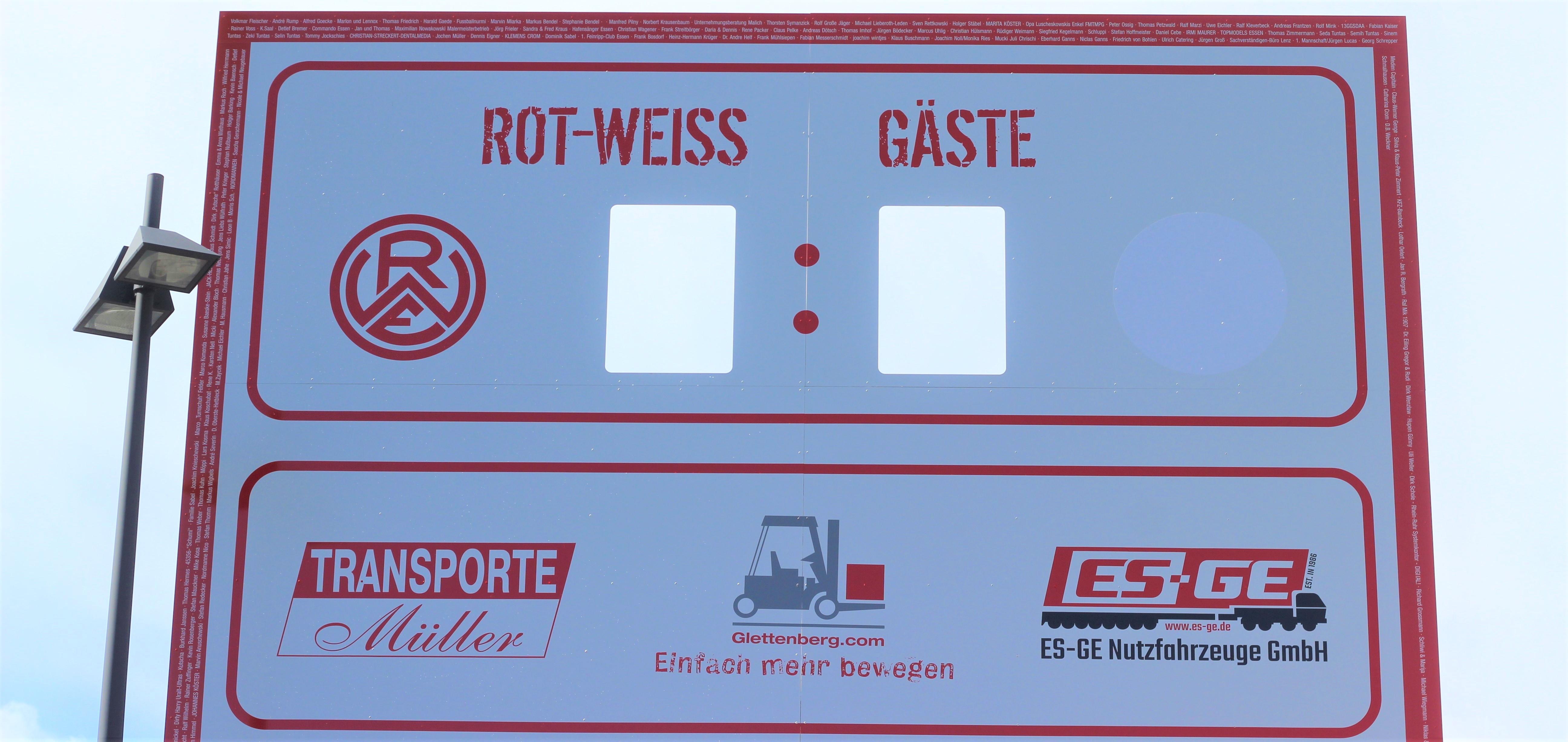 Transporte Müller, Glettenberg und ES-GE prangen mit ihren Logos auf der rot-weissen Anzeigetafel.