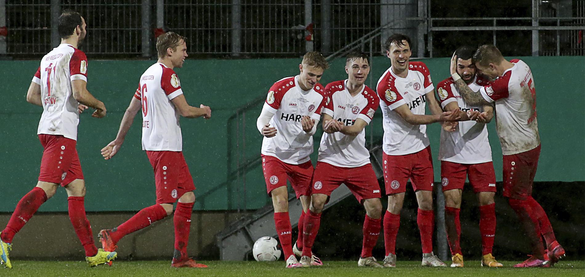 Mal so richtig Grund zum Jubel! RWE schlägt den Bundesligisten Bayer Leverkusen mit 2:1. (Foto: Endberg)