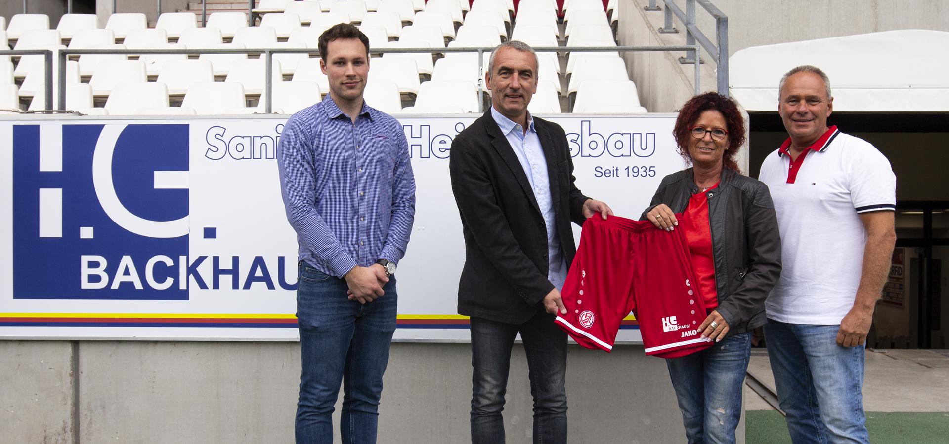 Neues Wappen auf der Hose: (v.l.n.r.) RWE-Vertriebsmitarbeiter Max Jakob Hinterlang, Vorstand Marcus Uhlig sowie Ingrid und Hans-Günther Backhaus freuen sich über die neue Partnerschaft.