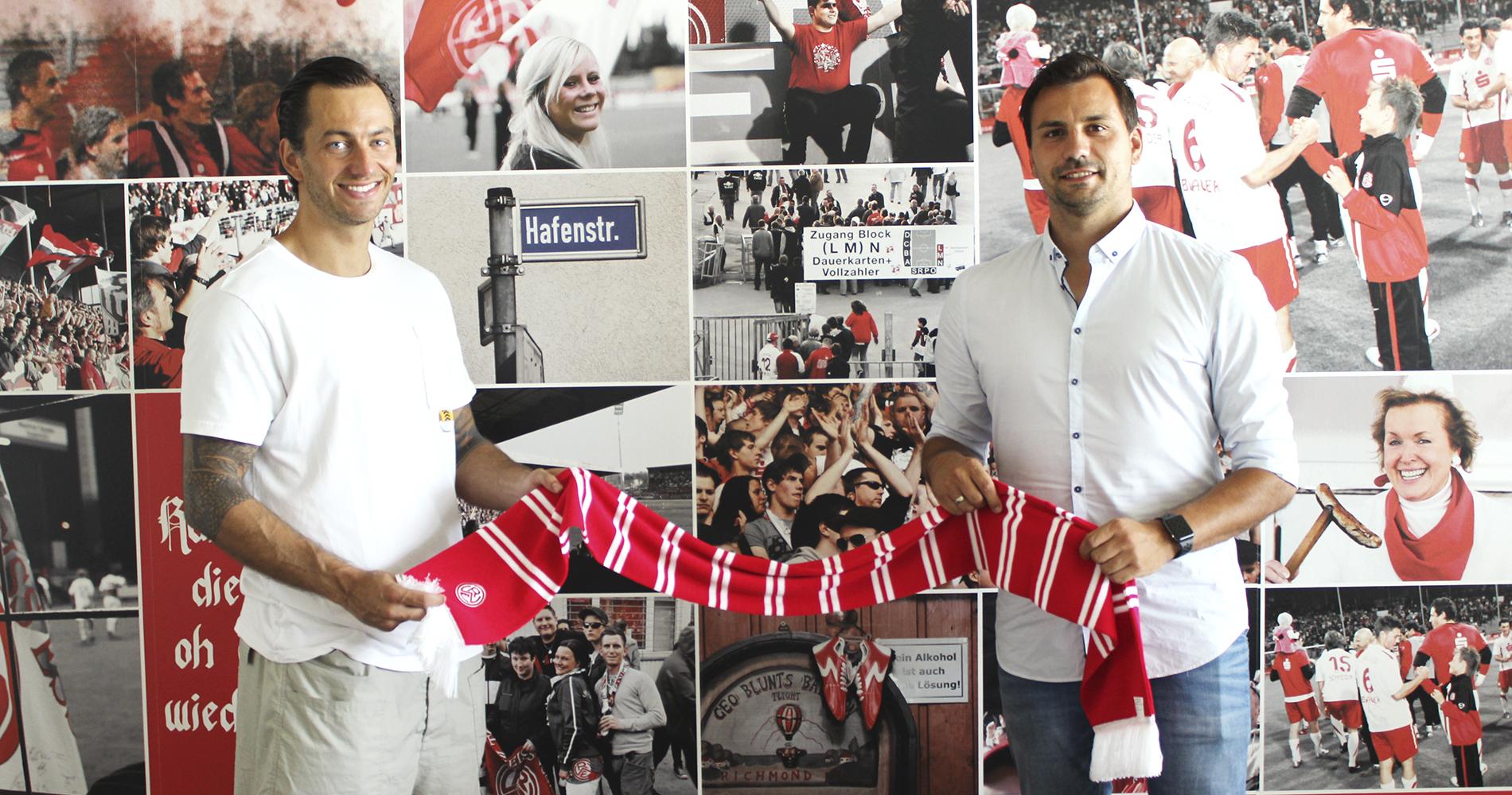 Neuzugang Felix Backszat (l.) mit RWE-Sportdirektor Jörn Nowak.