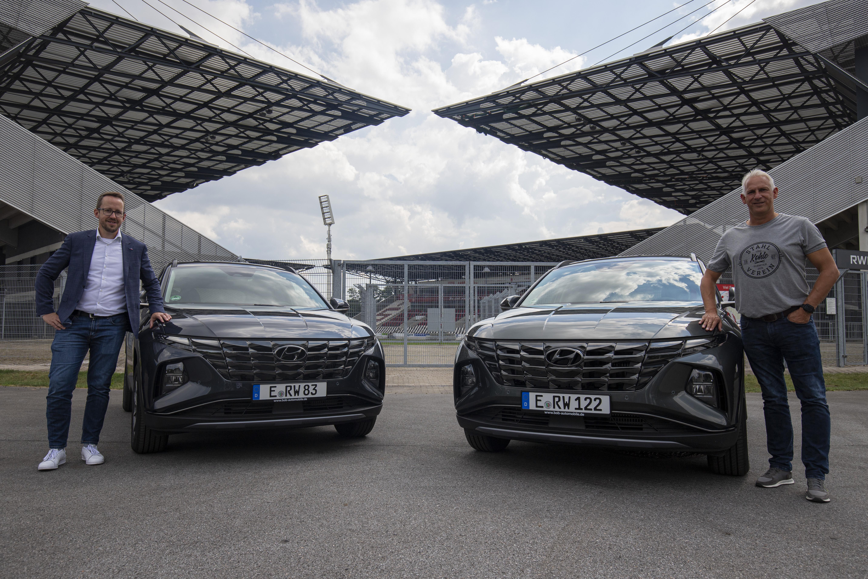 """BOB-Automobile-Nord-Geschäftsführer Stephan Beermann und RWE-Chef-Coach Christian Neidhart präsentieren die rot-weissen """"Neuzugänge"""". (Foto: RWE)"""