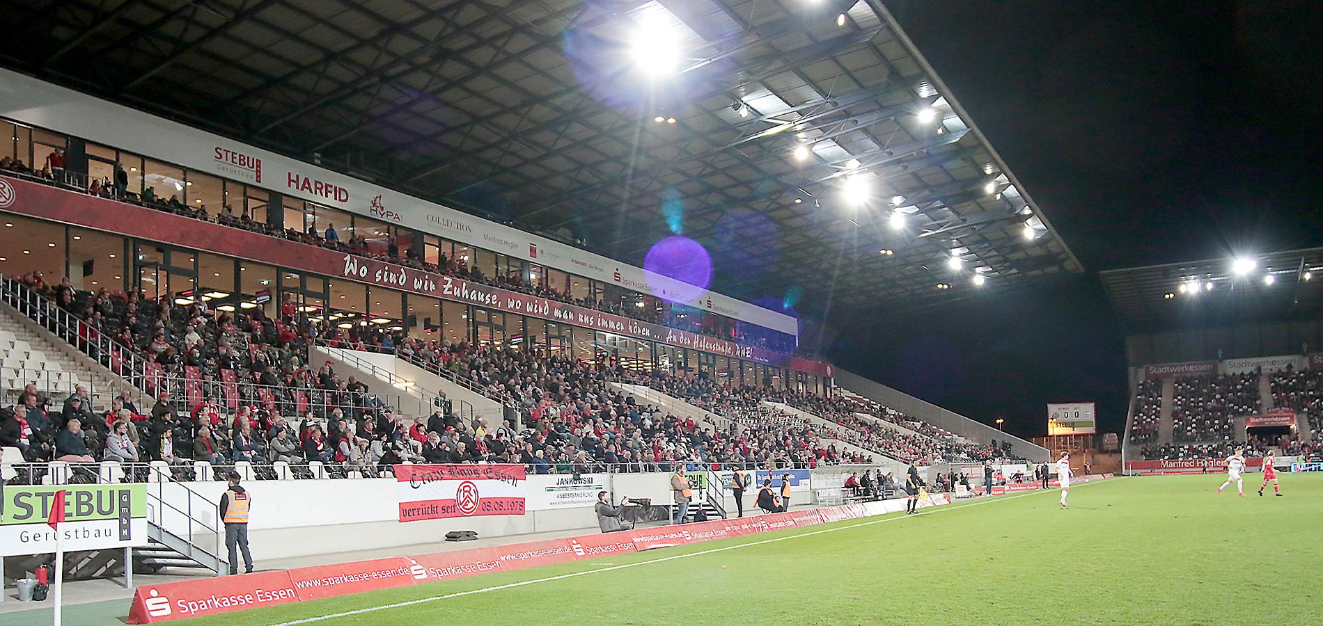 Unter Einhaltung des Mindestabstands verfolgten 5.000 Zuschauer das Freitagabendspiel. (Foto: Endberg)