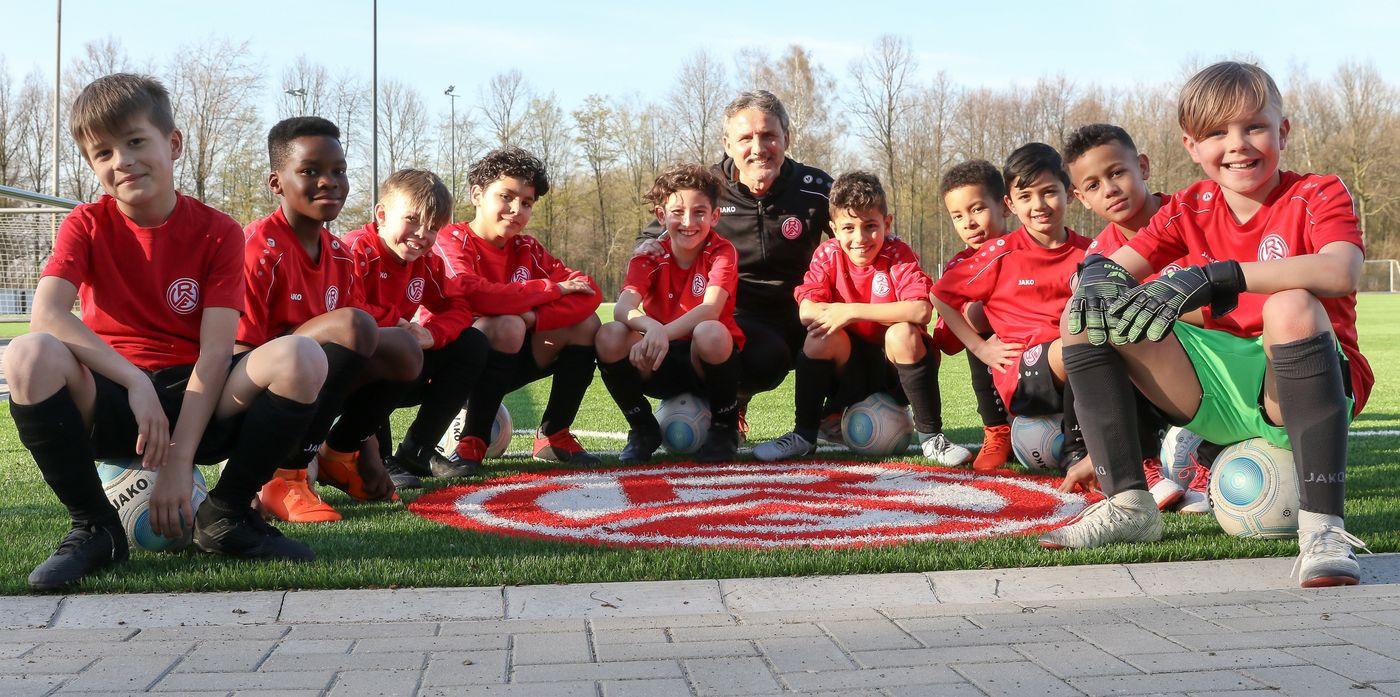 """Lernen von den RWE-Jugendtrainern: """"Putsche"""" Helmig schult im Fördertraining junge Fußballtalente. (Foto: Endberg)"""